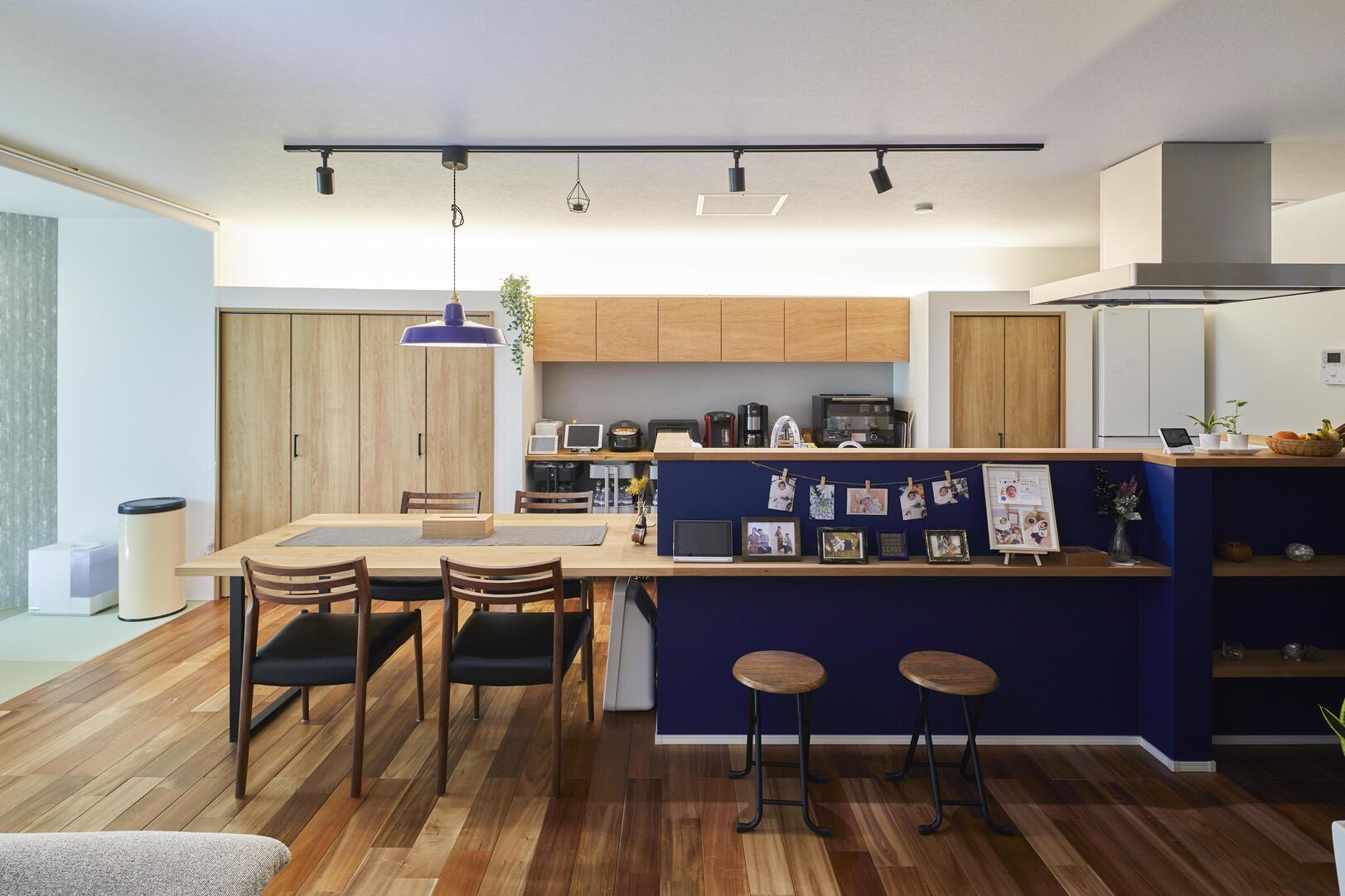 美しい質感の床材と清潔感のある壁紙を採用したLDK。キッチンの腰壁のネイビーで空間がより爽やかに