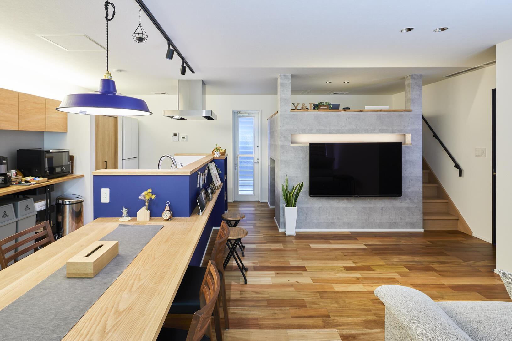 壁掛けテレビの上部に間接照明を設置。シンプルモダンな雰囲気を醸し出している