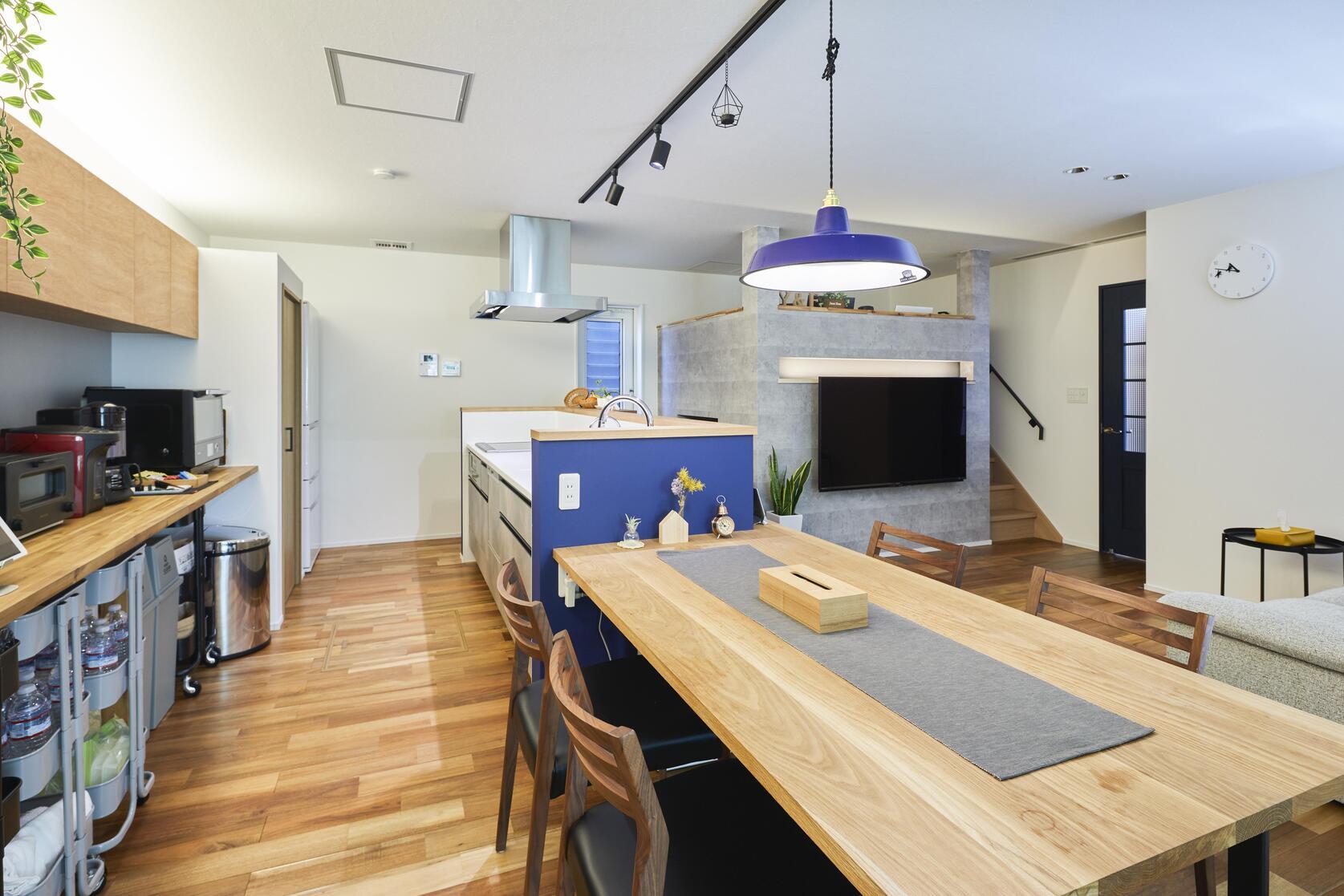 ダイニングテーブルはキッチン一体型。動線が直線的で配膳も楽に