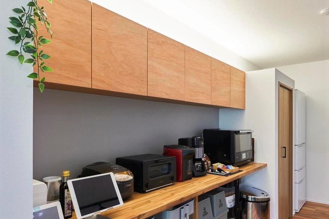 キッチン収納も充実。戸棚には間接照明もつけられている