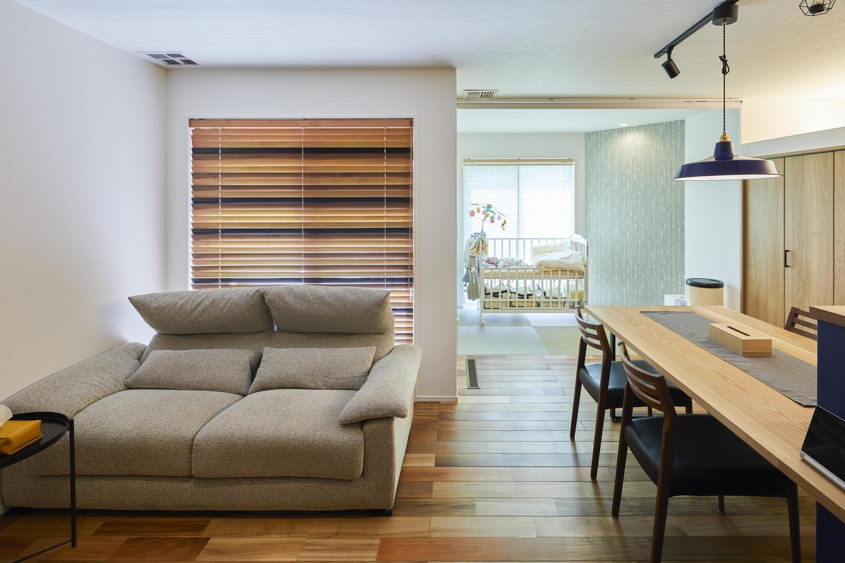 リビングの奥には2.8帖の畳コーナー。家事や子育てで便利なスペース