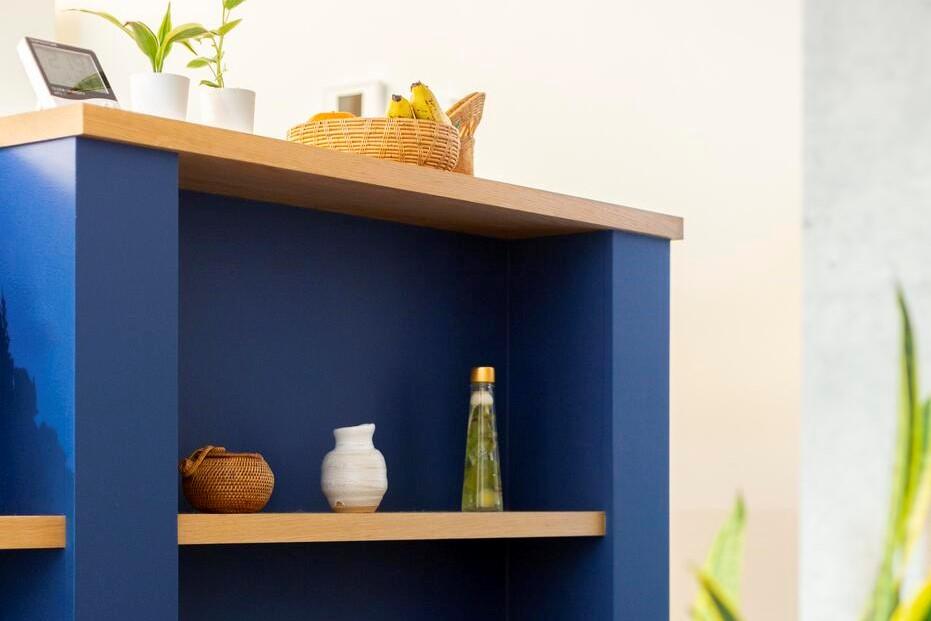 キッチンの腰壁にはお気に入りの本や小物を飾れる造作棚を設置