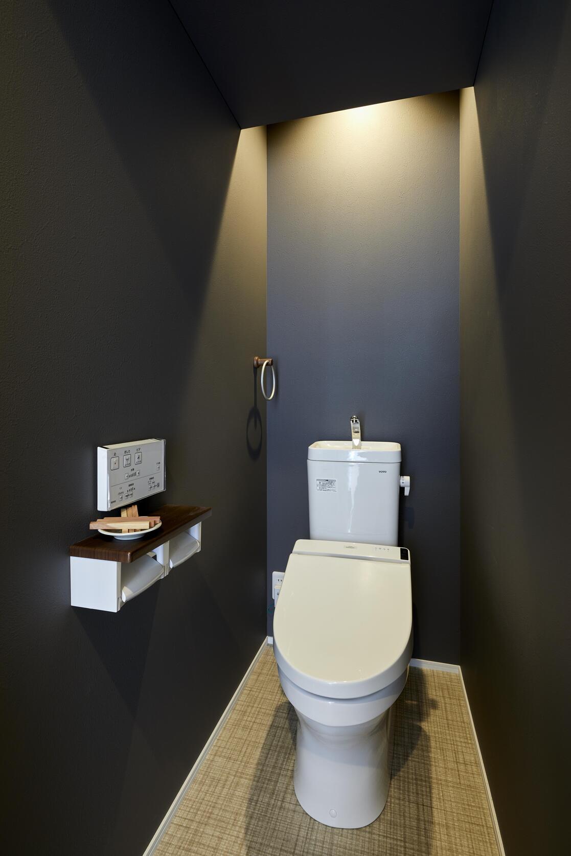 間接照明がかっこいいブラックを基調としたトイレ