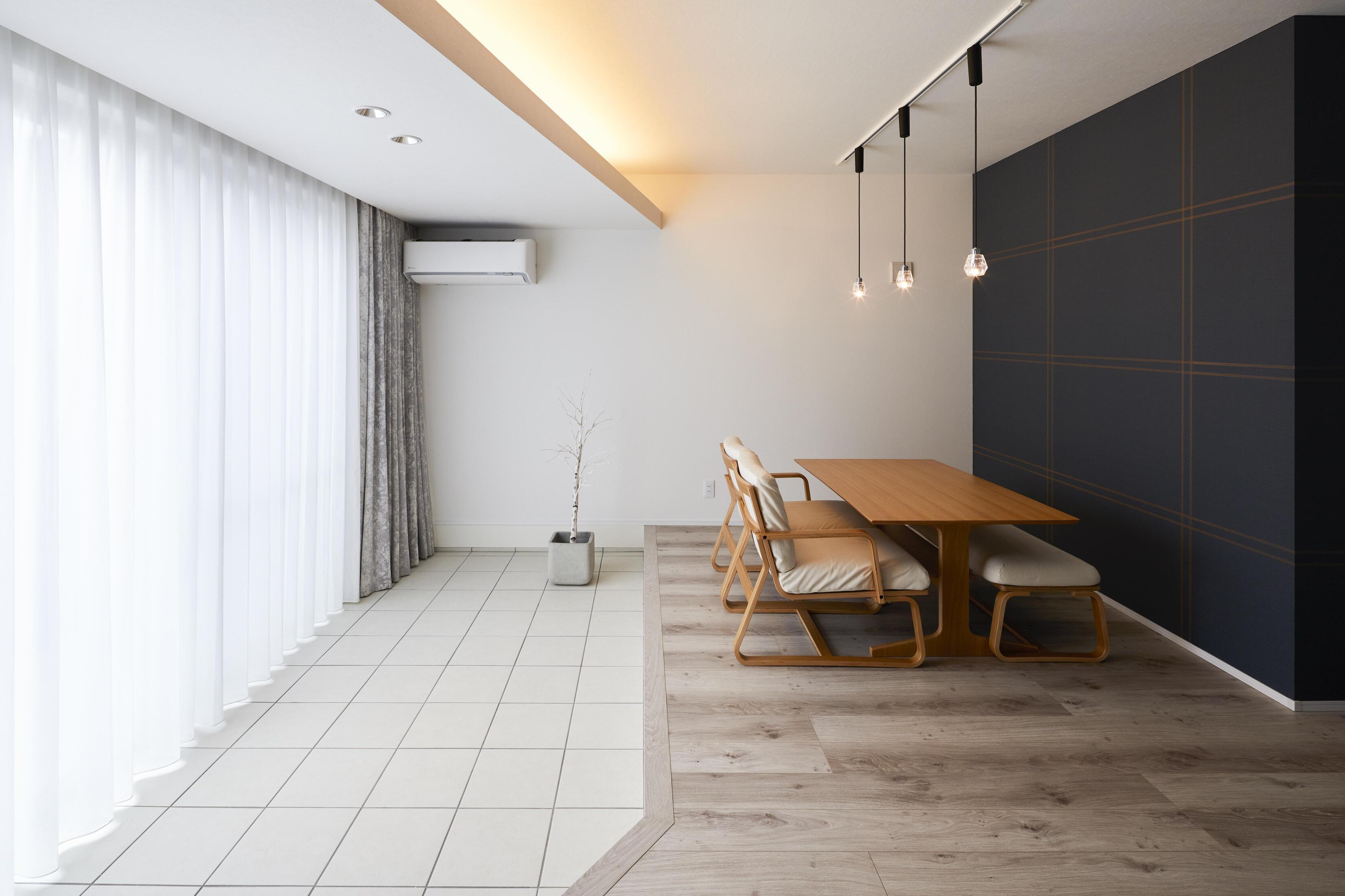 室内土間で床を下げたことにあわせて天井も下げ、そのスペースには間接照明を仕込んだ