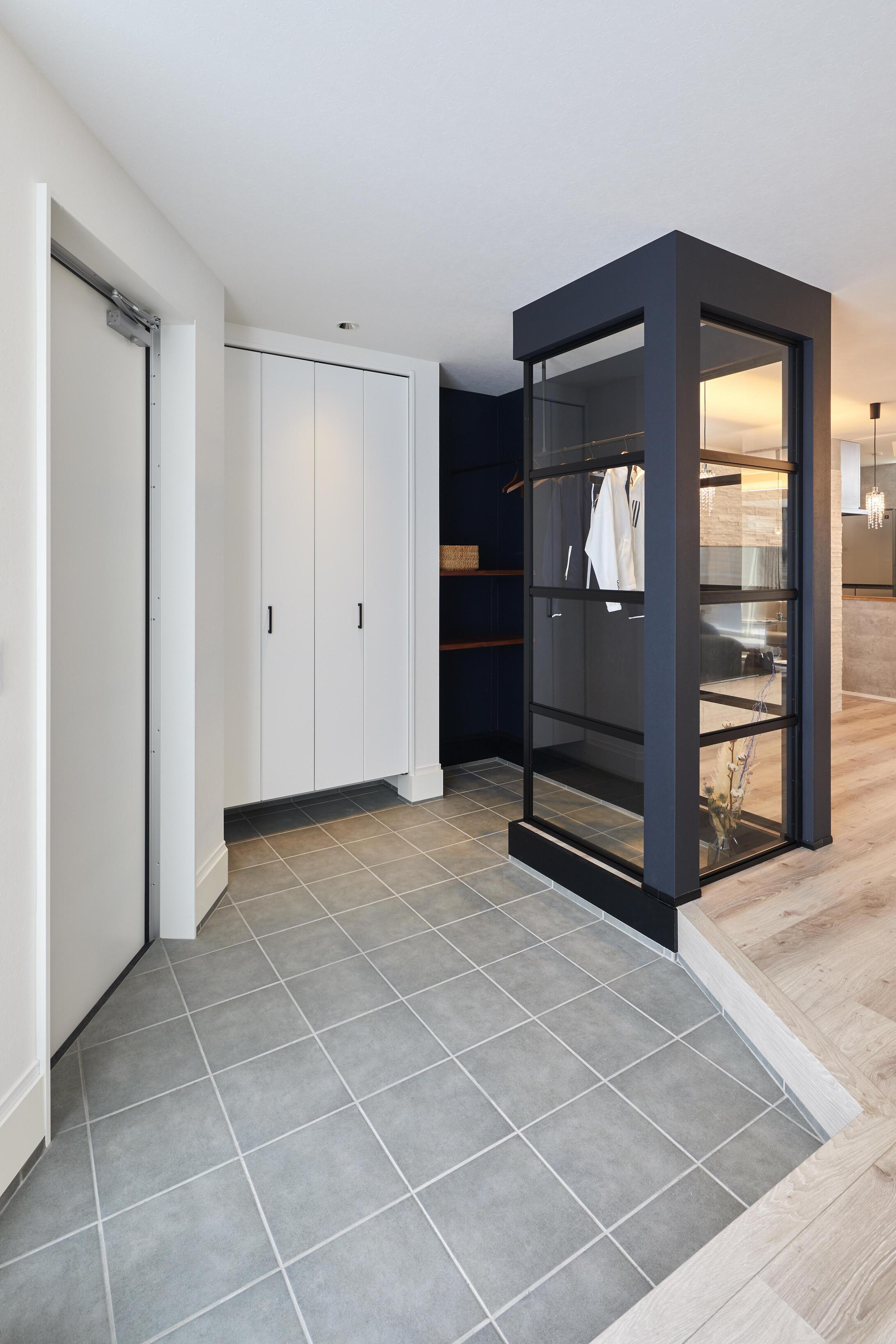 土間スペースを広めに取った玄関。日常的に使うアウターをオシャレに収納できるクロークも設計