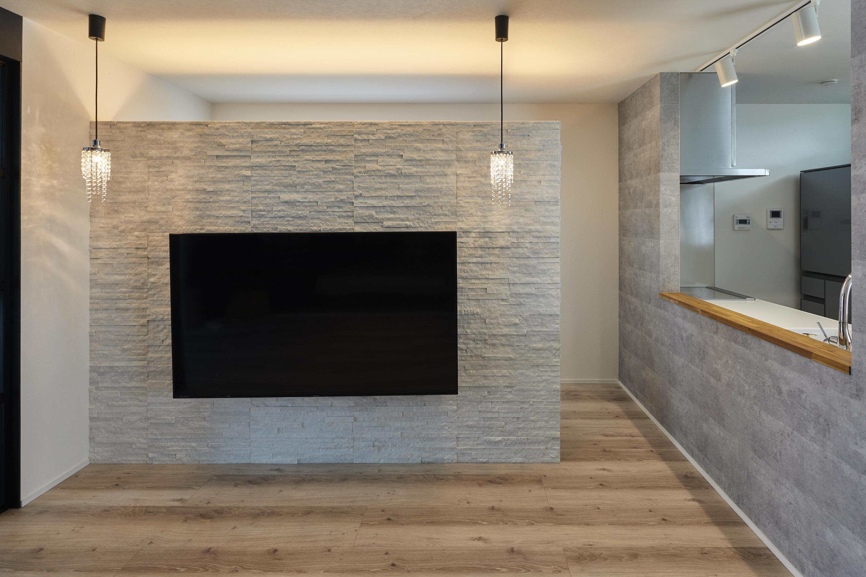 TV背面壁には大理石を使用し、ラグジュアリー感を強調。TV背面壁の後ろにはパントリーを兼ね備えた大きめの収納スペースを設計している