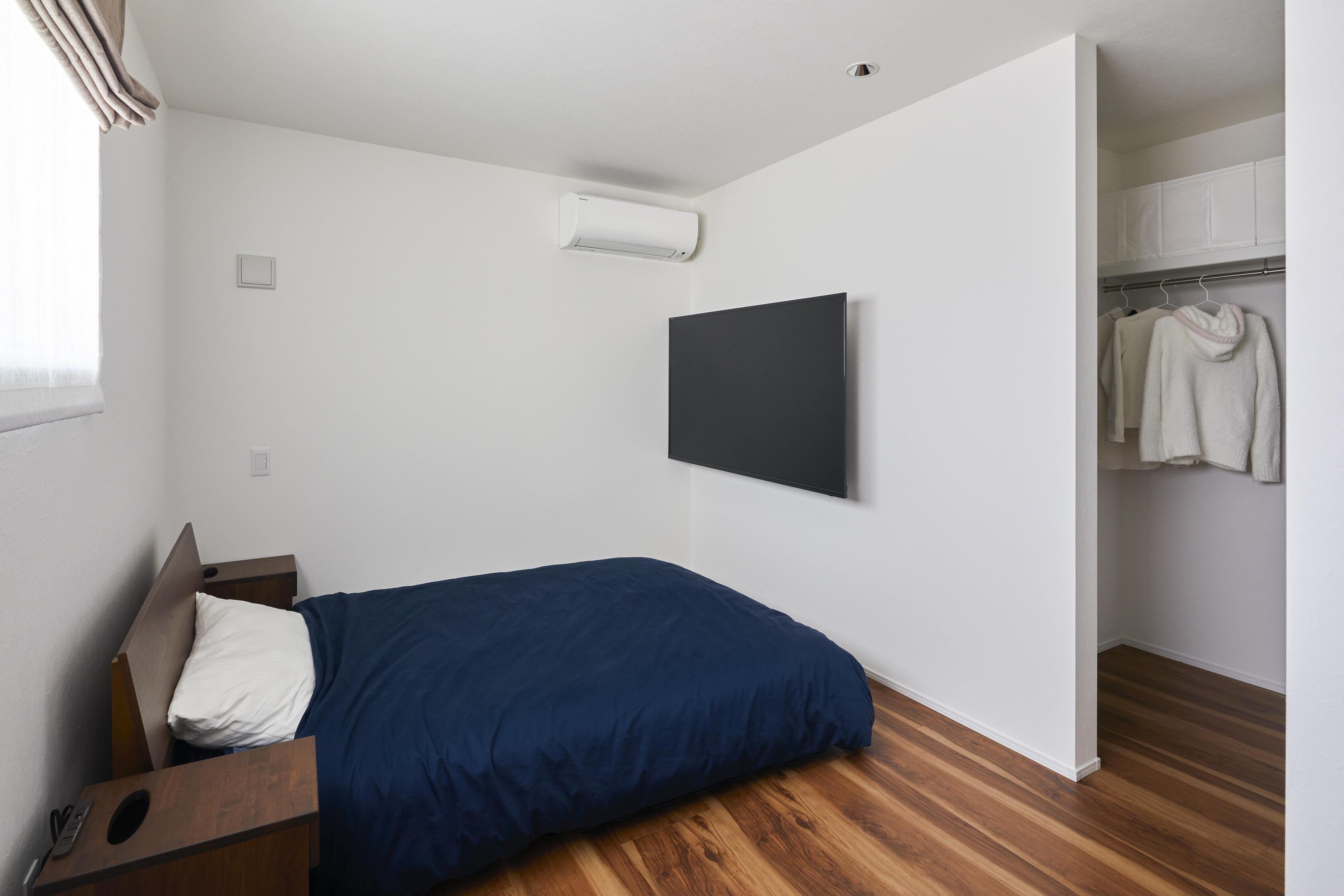 白を基調とした清潔感のある主寝室