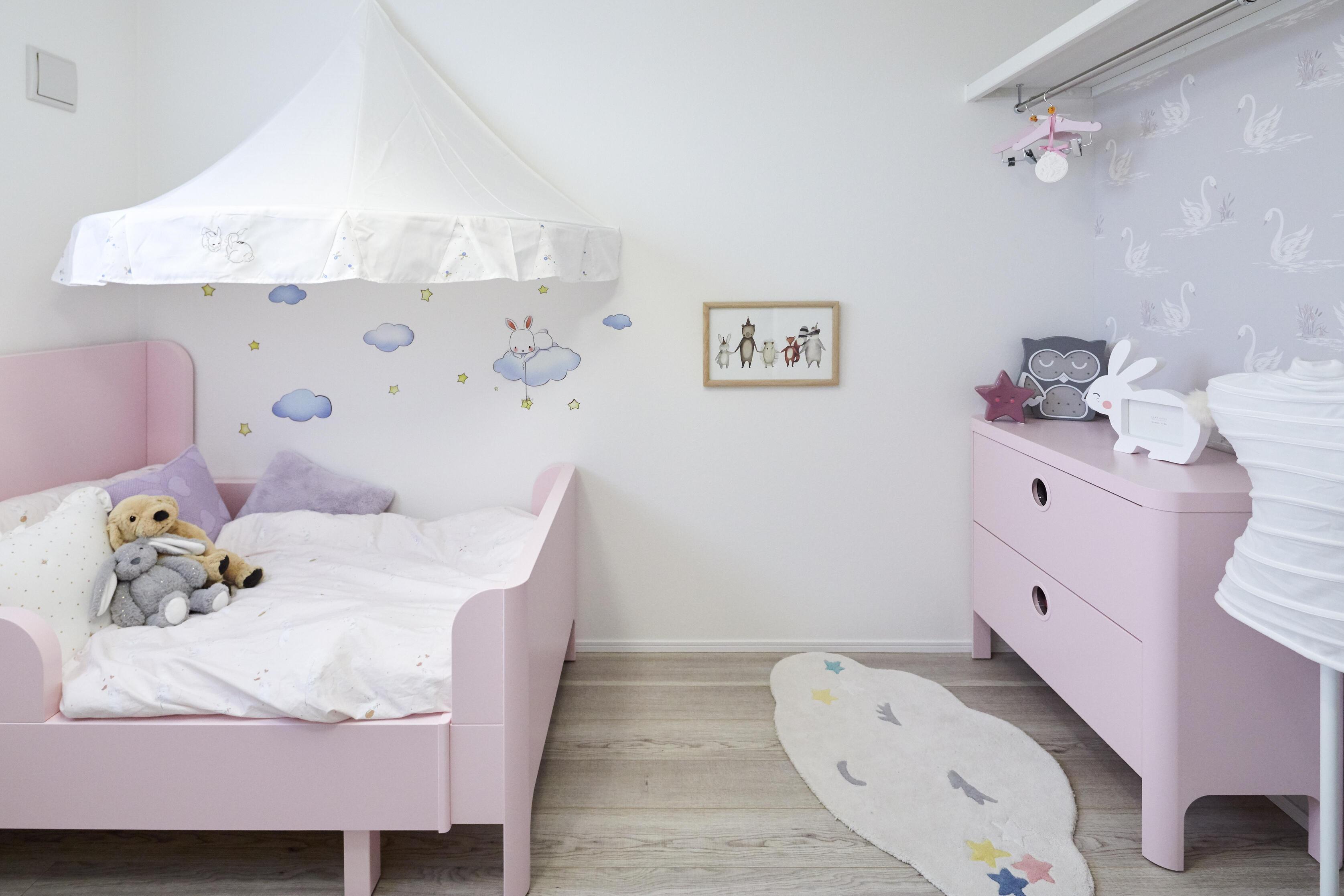 お子様でも届く高さにハンガーパイプを設置した子供部屋