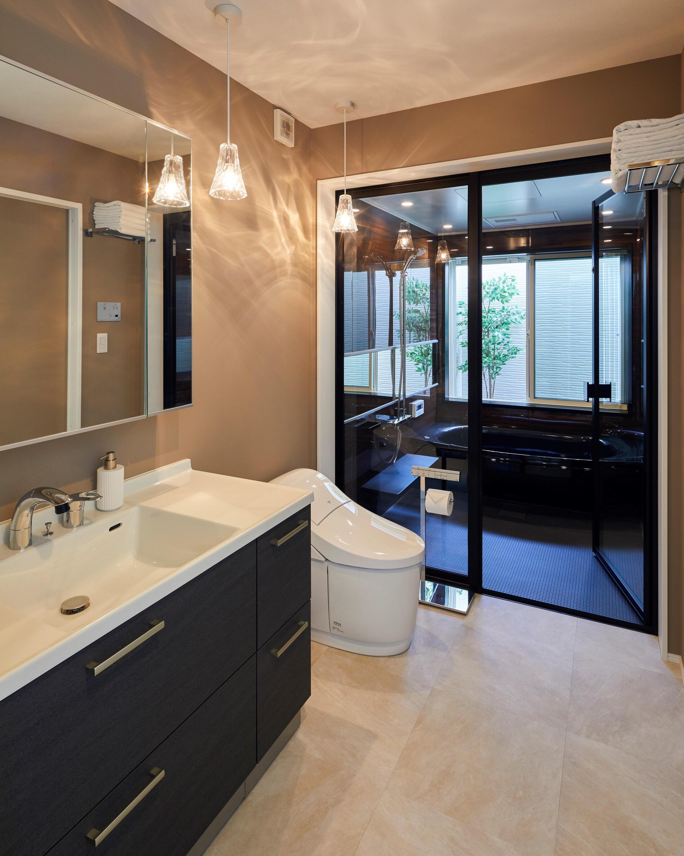 洗面スペースとトイレは一体型で海外のホテルのようなスペースに