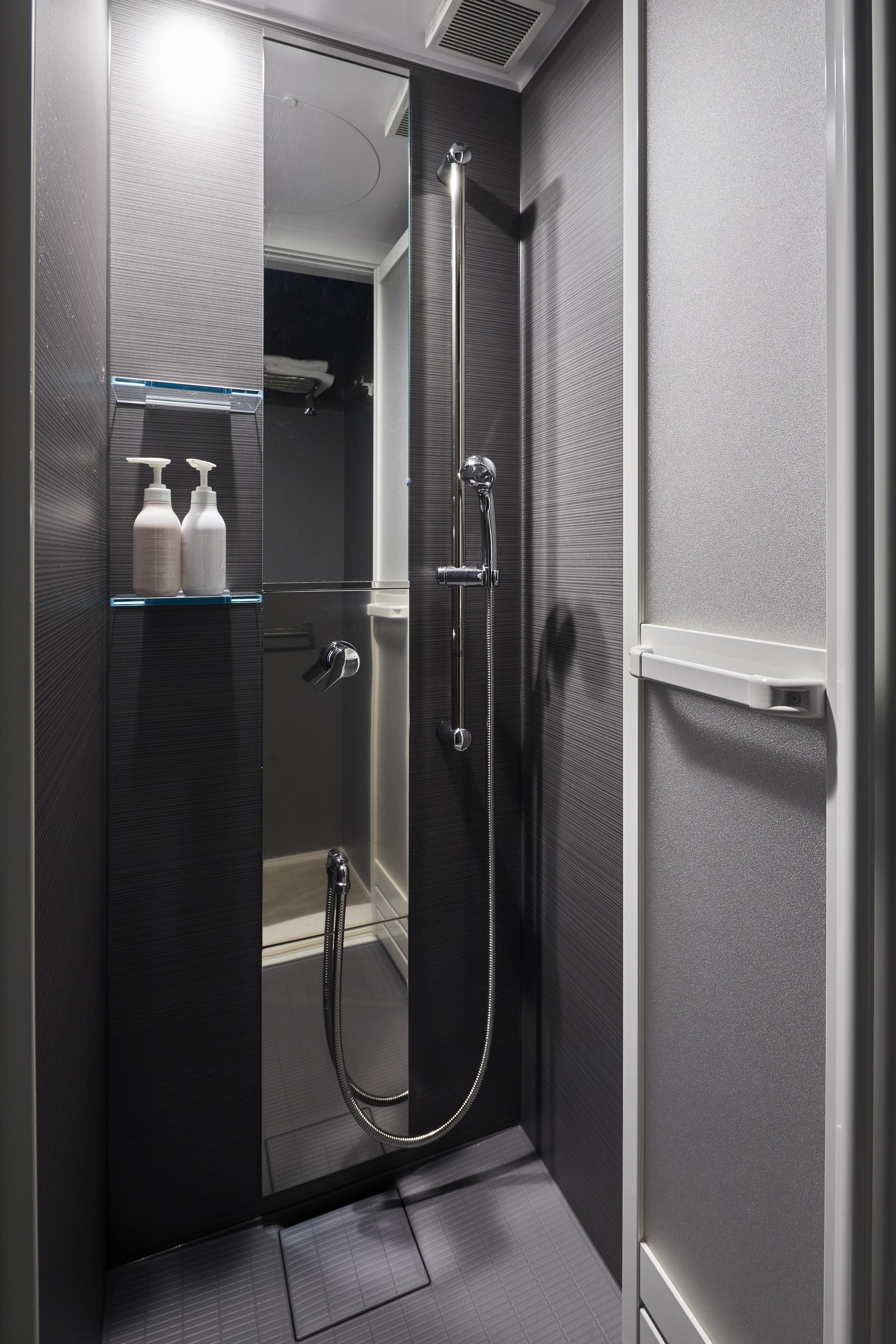 メインの浴室が使われている時に大助かりなシャワー室。来客時にも気兼ねなく使っていただける