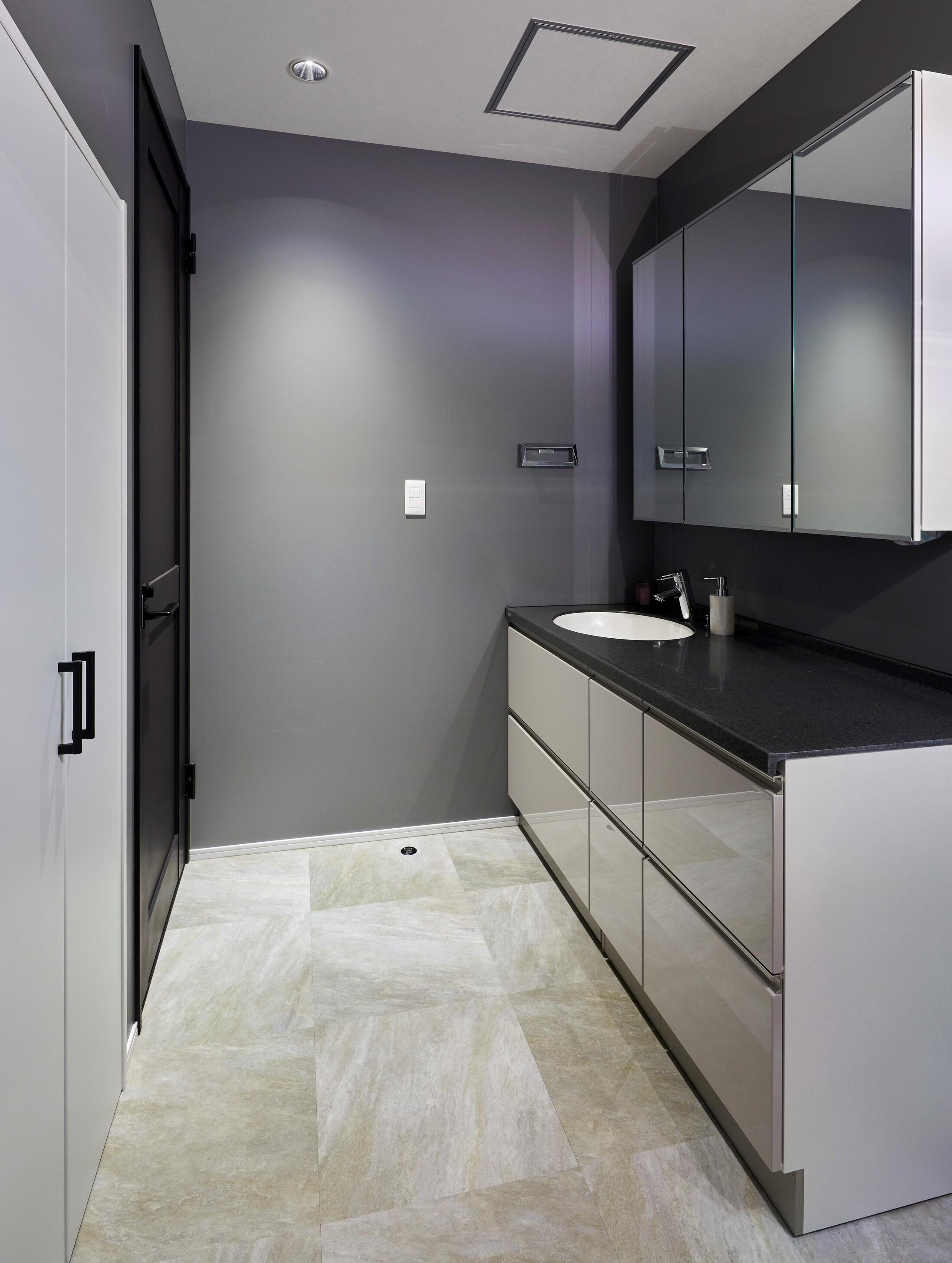 高級感を感じる大人っぽい洗面台。横にい広く、2人で鏡を使いたい時にも重宝する仕様