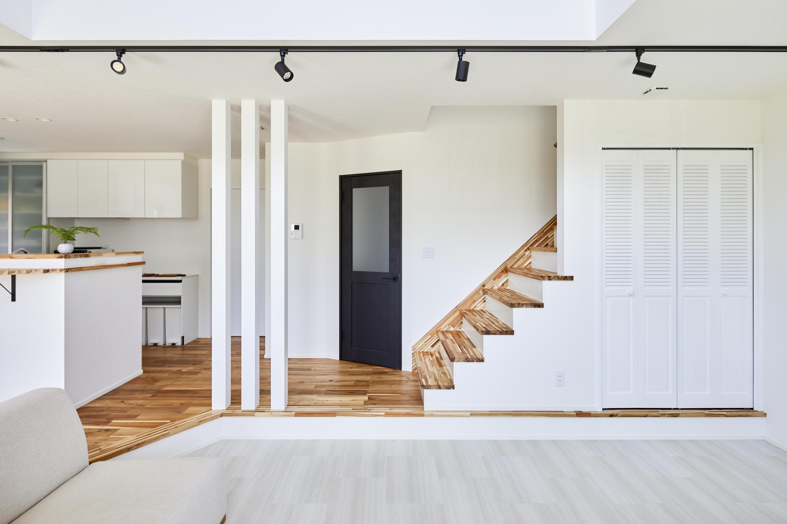 リビングスペースはキッチンダイニングから床を一段下げ、緩やかに空間を仕切っている