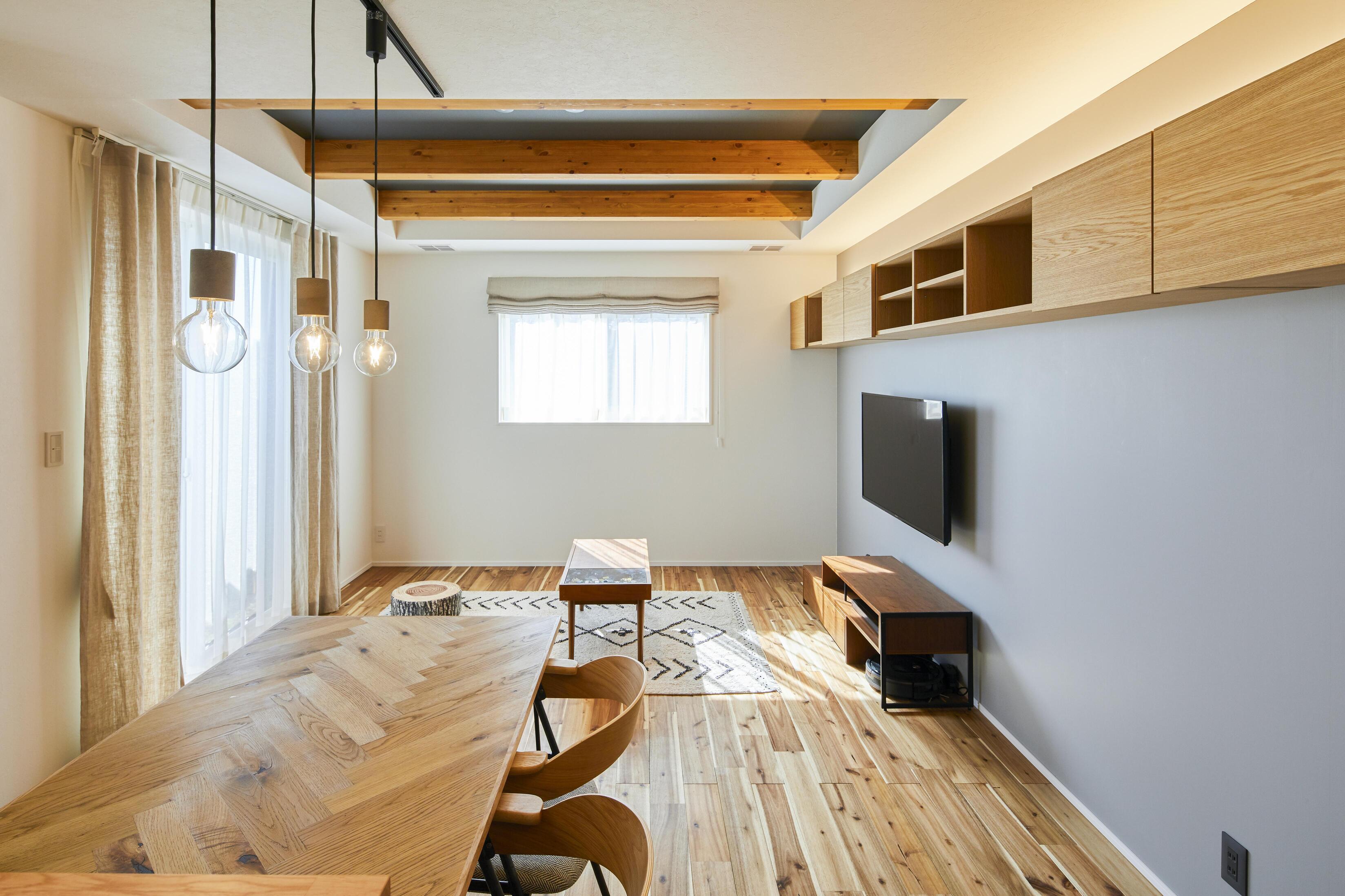 空間を広く感じられるよう、折り上げ天井を採用し、天井高を確保している
