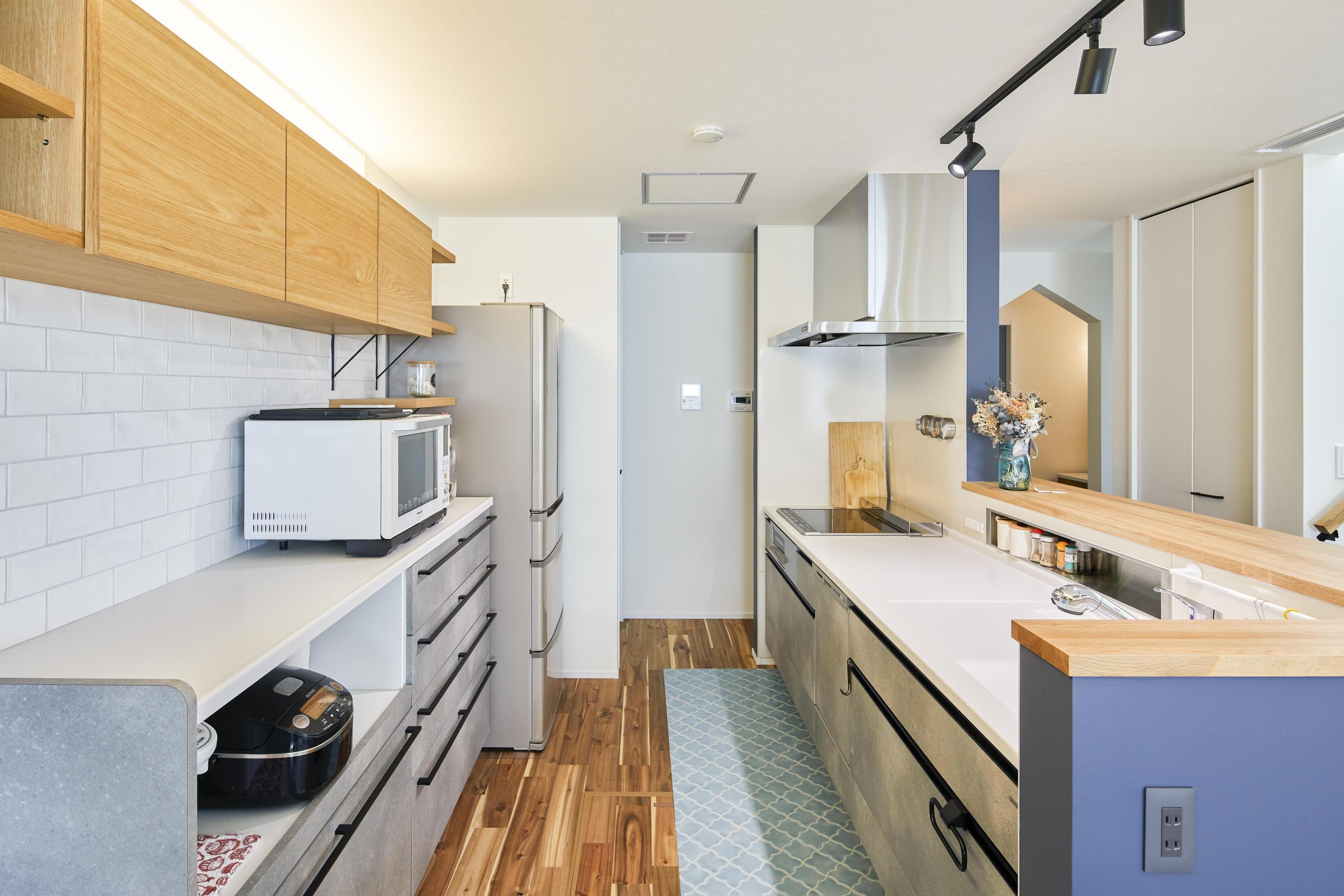 キッチンはダイニング側にも廊下側にもアクセスしやすく、家事動線に配慮されている