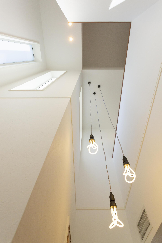 ワークスペース部分と階段部分の上部は吹抜けとなっている。全館空調で住まい全体の温度を均一に保てるからこそ、リビング階段や吹抜けも空調を気にせず設計できる