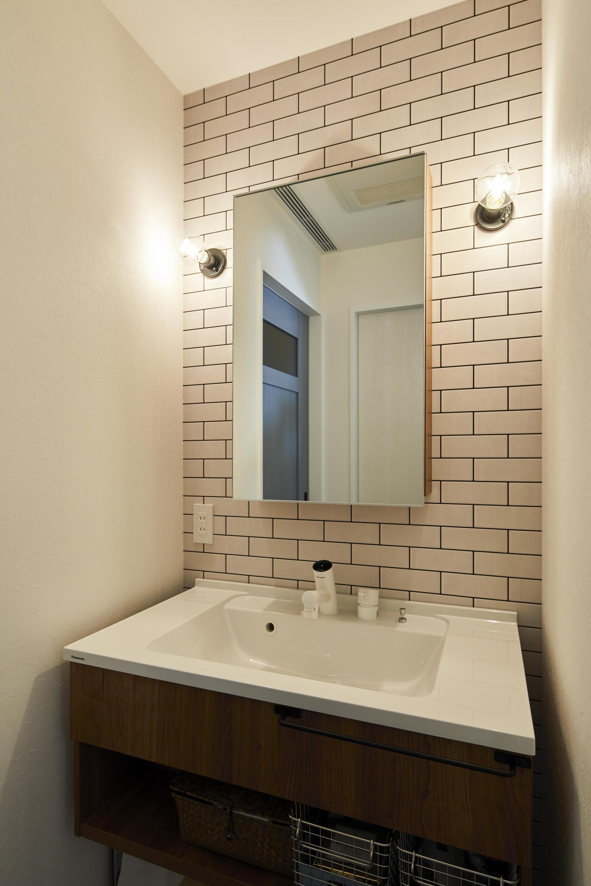 1Fに設置された洗面台。脱衣所から独立しているので来客時にも気兼ねなくお使いいただける