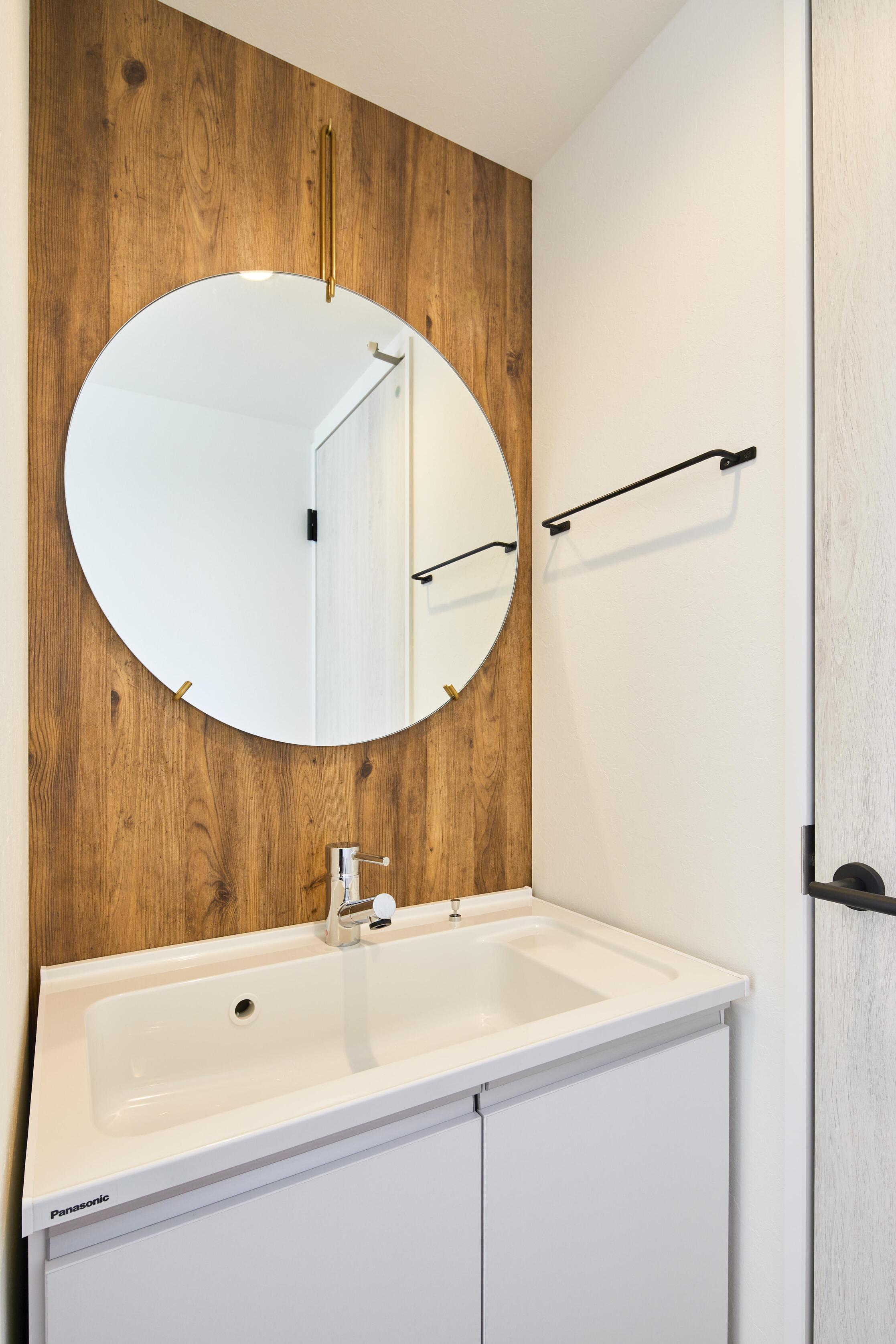 丸い鏡が可愛らしい2階の洗面台