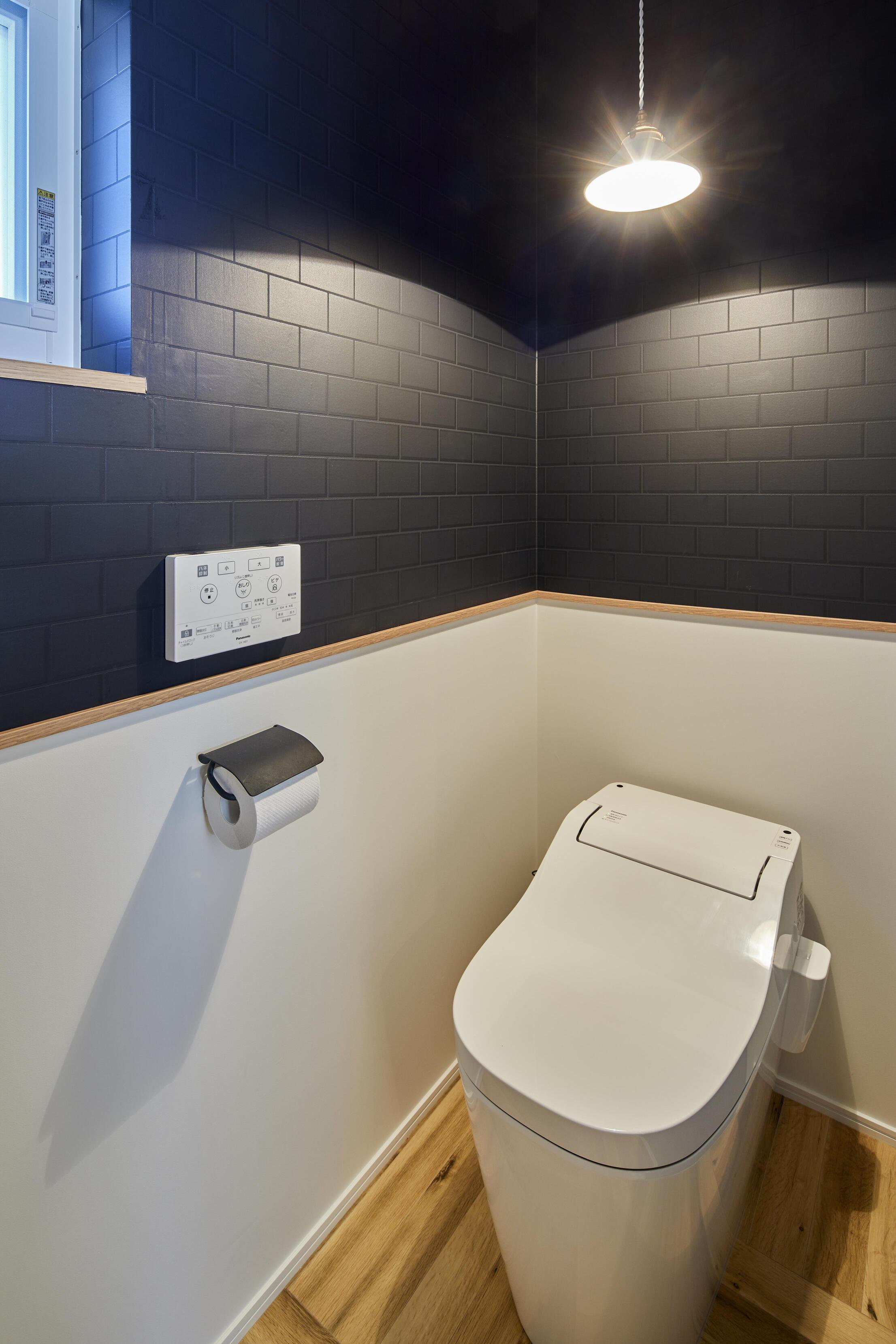アクセントクロスを貼り分けたデザイン性の高いトイレ