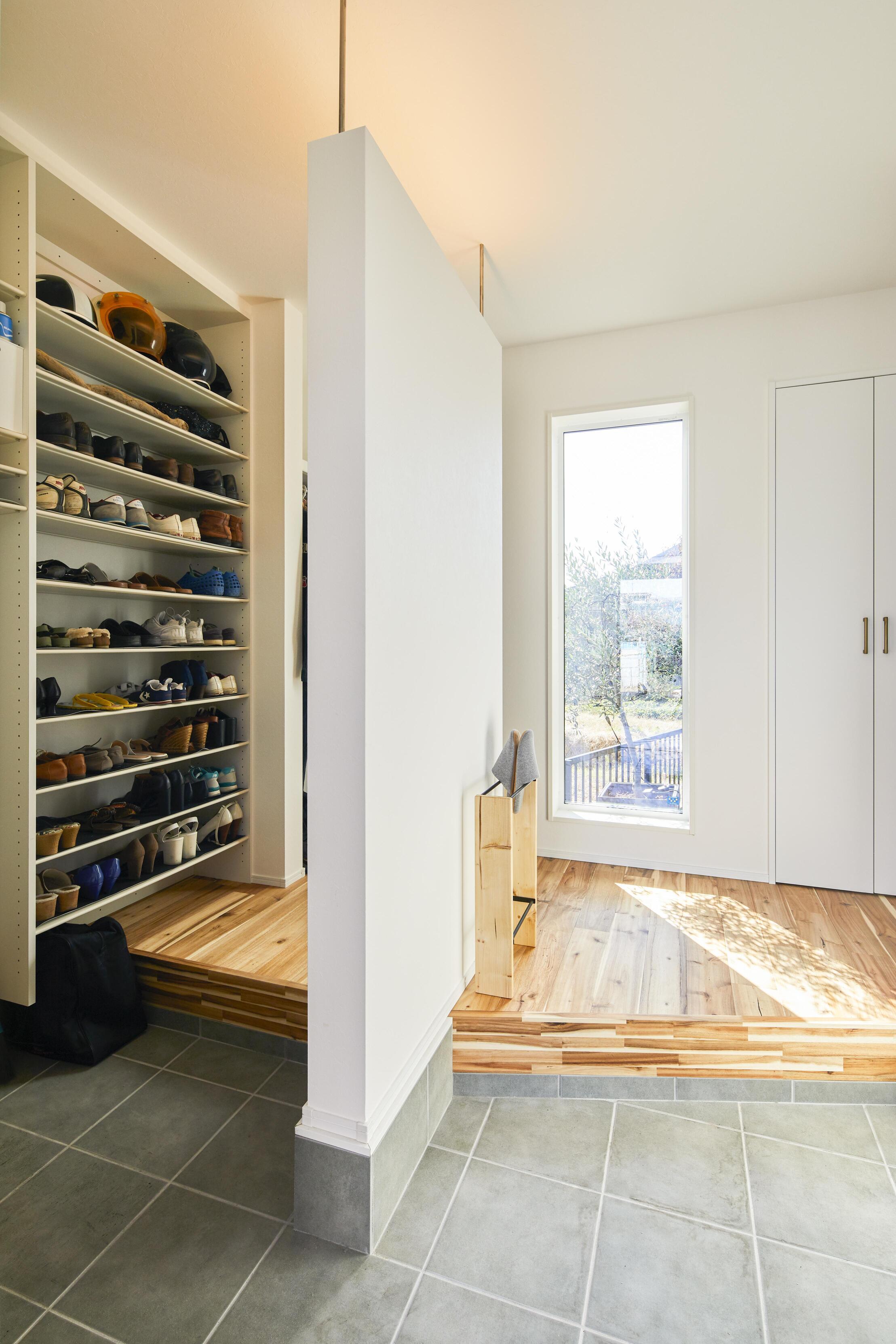 収納力のあるシューズインクロークを設計した玄関