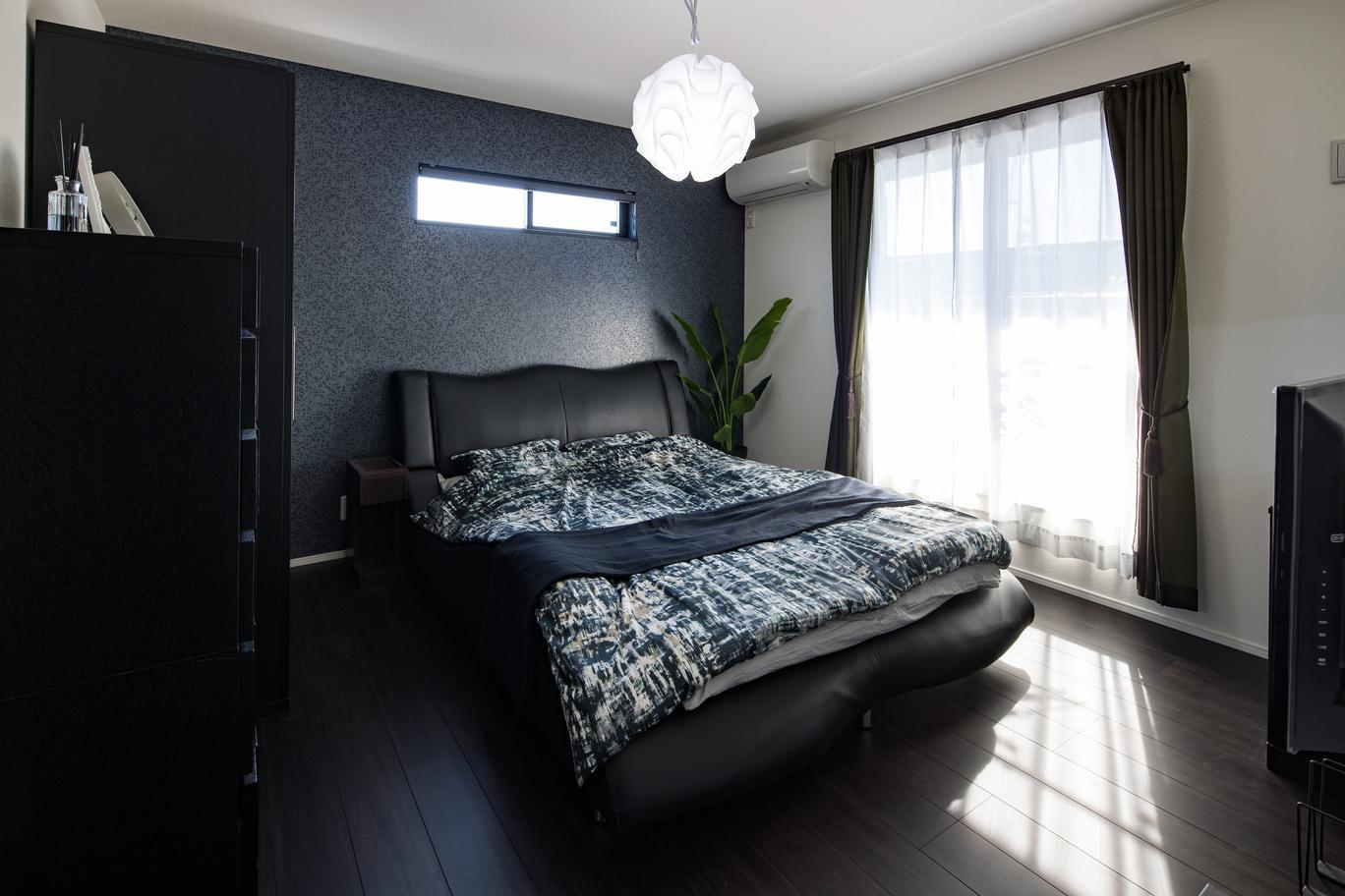 主寝室も黒を基調としており、落ち着いた印象を感じる