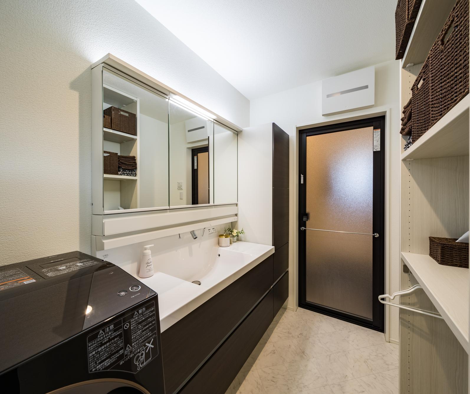 横に広く、使い勝手が良さそうな洗面台。洗面脱衣所に棚を造作し、収納力も確保