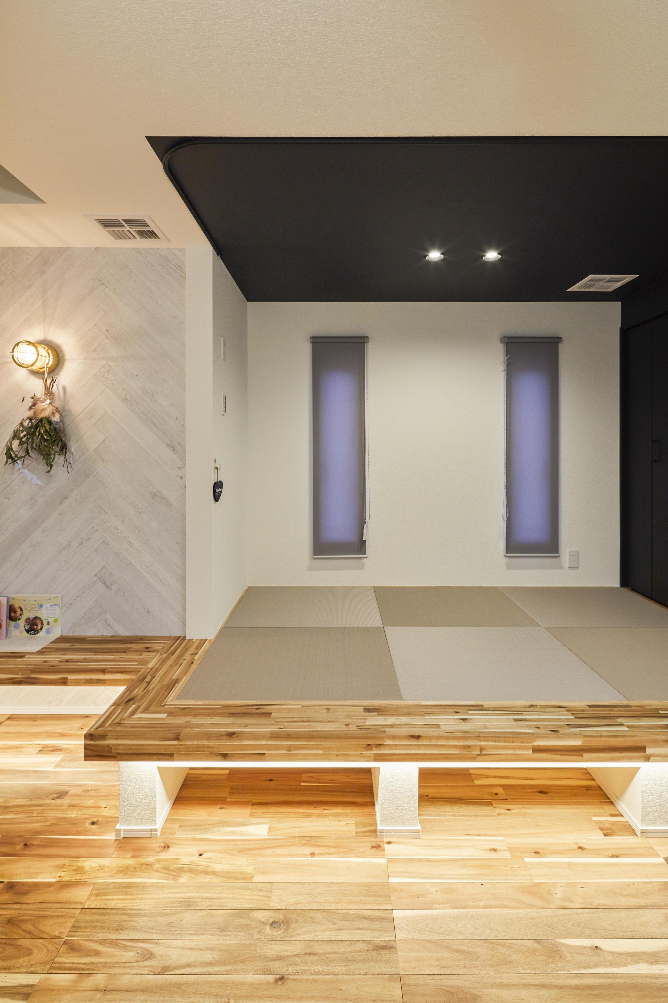 床下収納ができるよう小上がり和室に。間接照明が暖かい空間を演出してくれる
