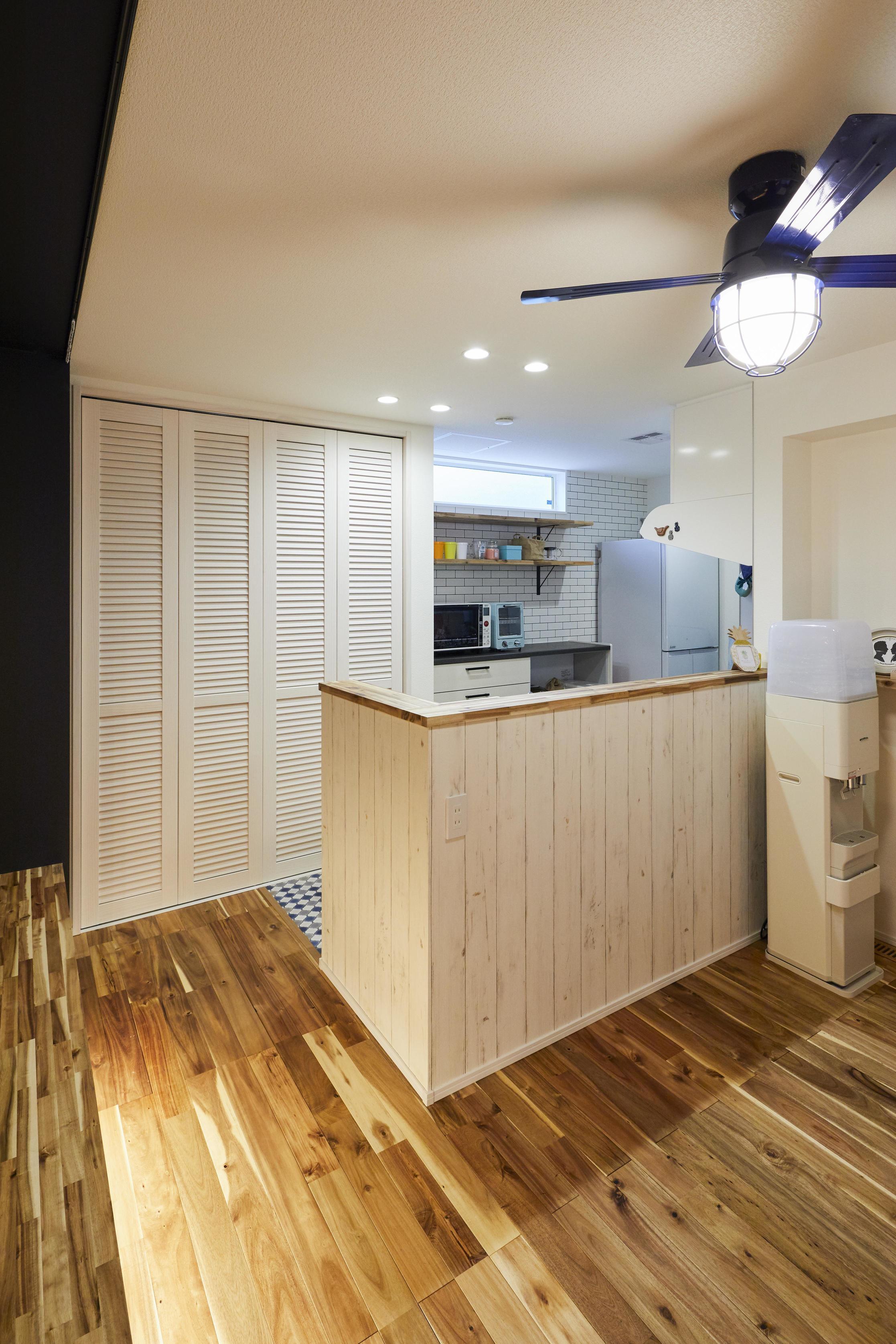 キッチンの背面にはパントリー収納があり、日用品や食品のも大量に収納できる