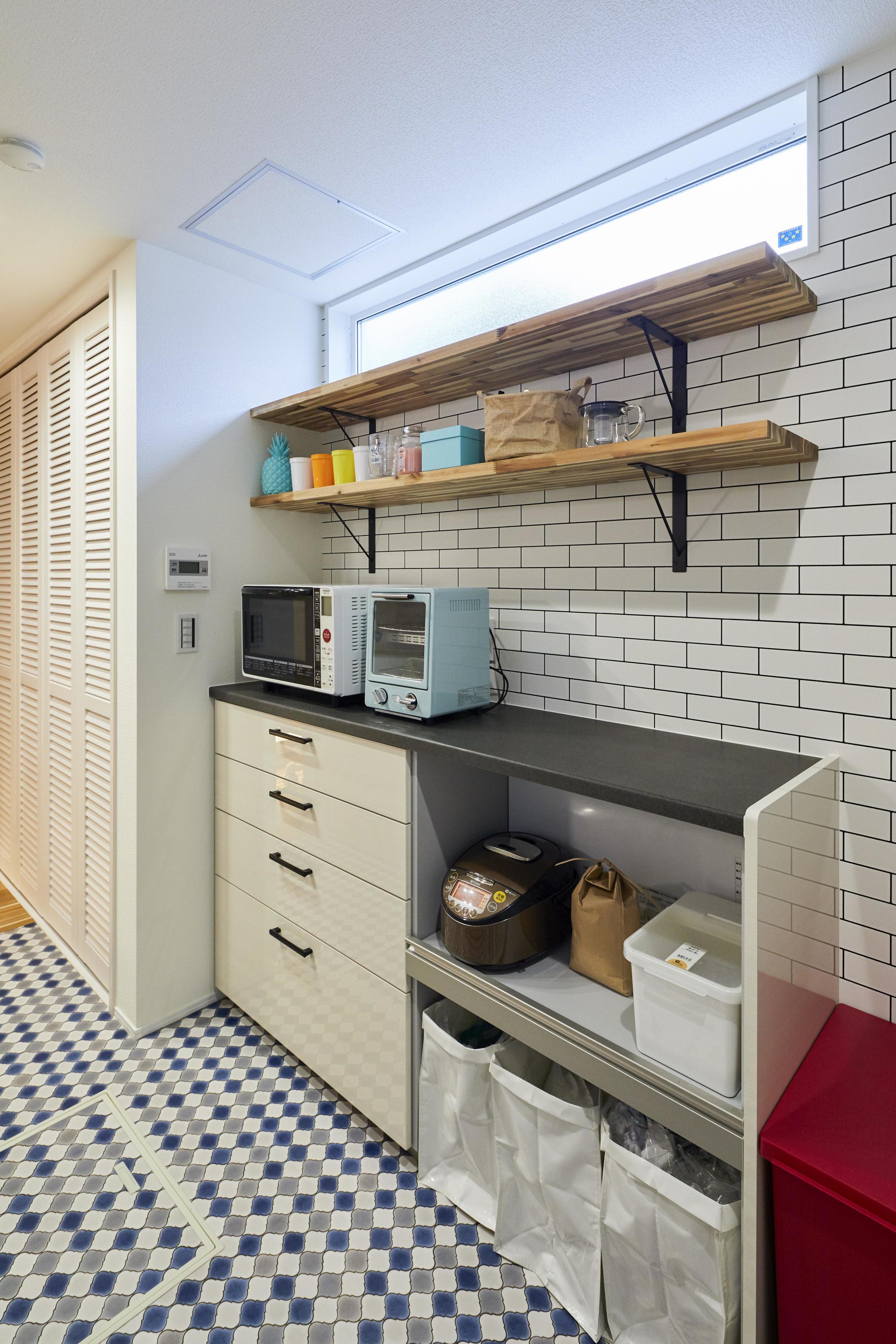キッチンの背面にはサブウェイタイルを施し、爽やかなテイストに