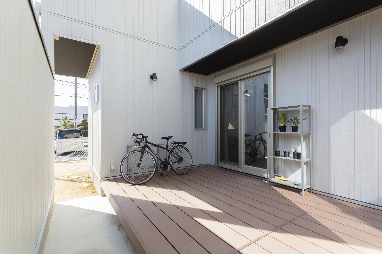 LDKに併設された中庭にはウッドデッキを施工。周りの目を気にせず家族で外空間を愉しめる