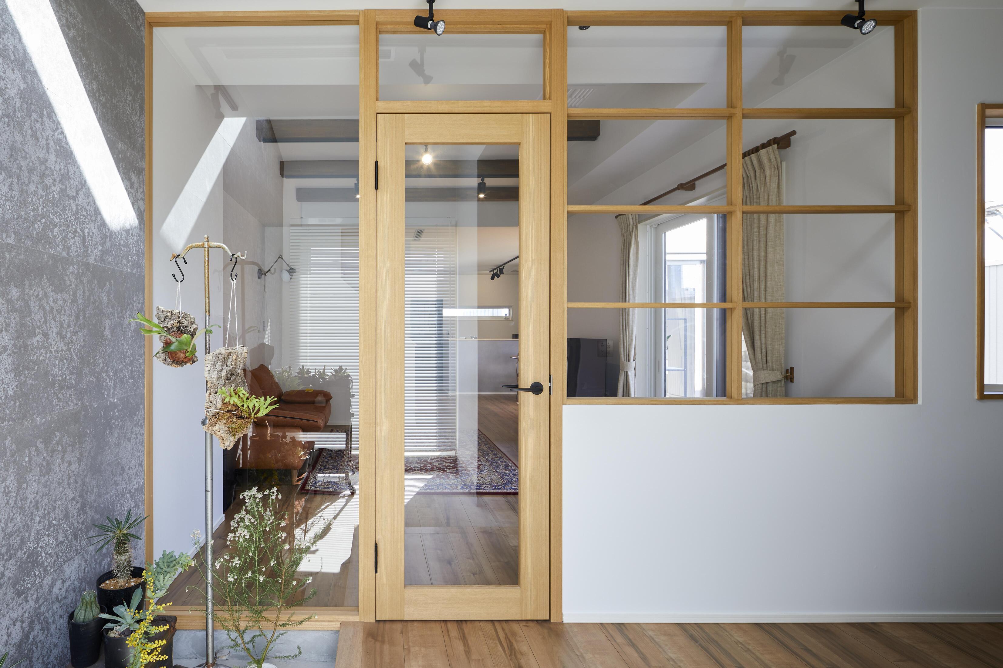 玄関とLDKの間仕切りには透明ガラスを採用。空間の広がりを感じられ、開放的な印象を受ける
