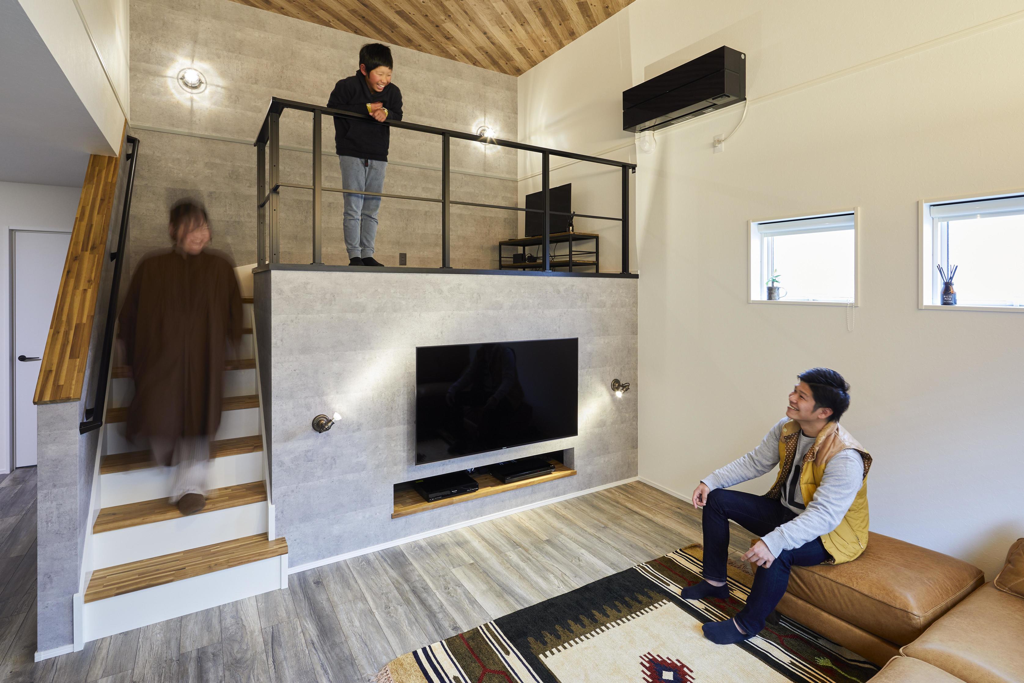 切妻屋根の屋根裏までしっかり断熱したことで、天井まで空間を開放でき、スキップフロアを設計できた
