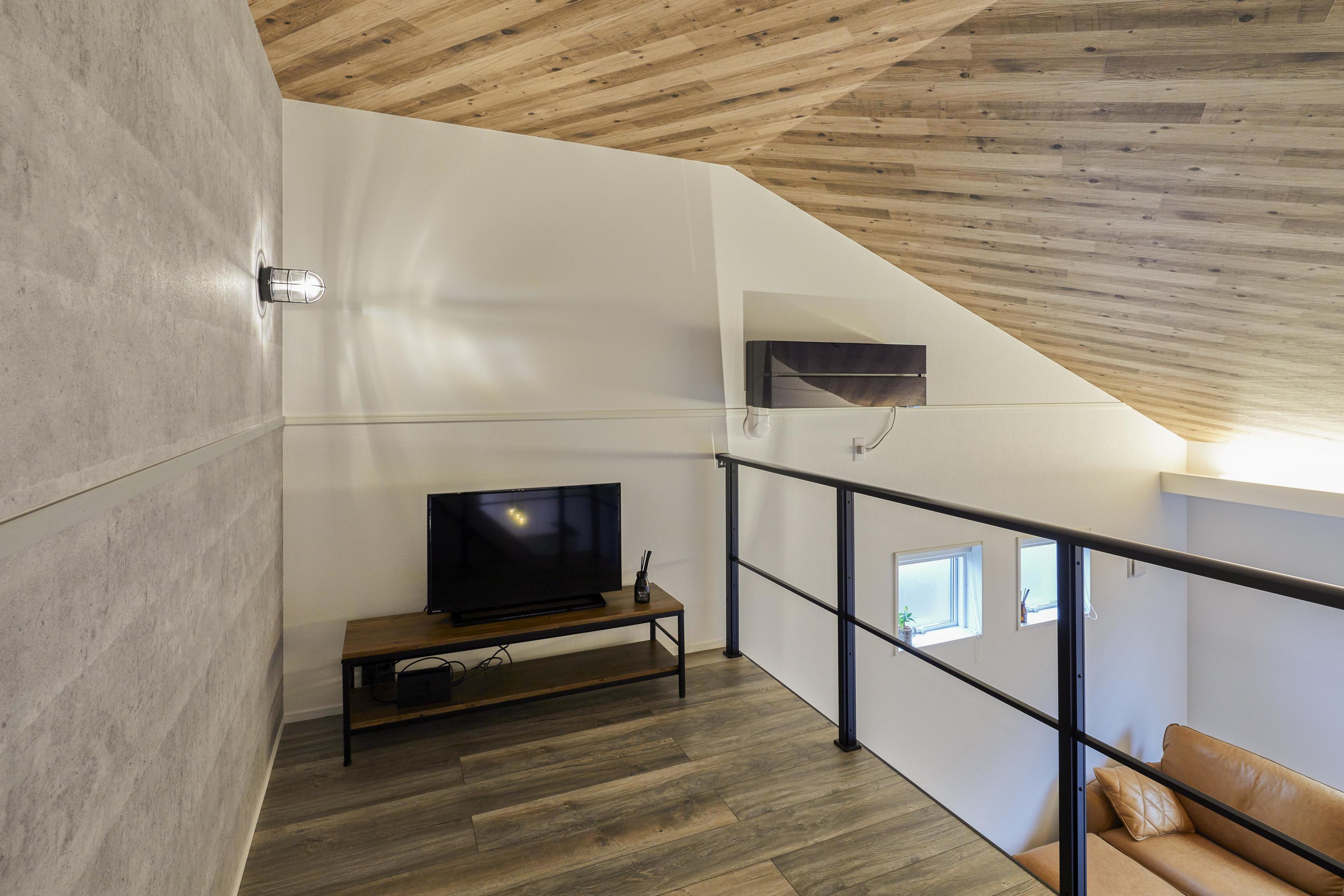 天井にも木調クロスを貼ってオシャレな空間にしあげた