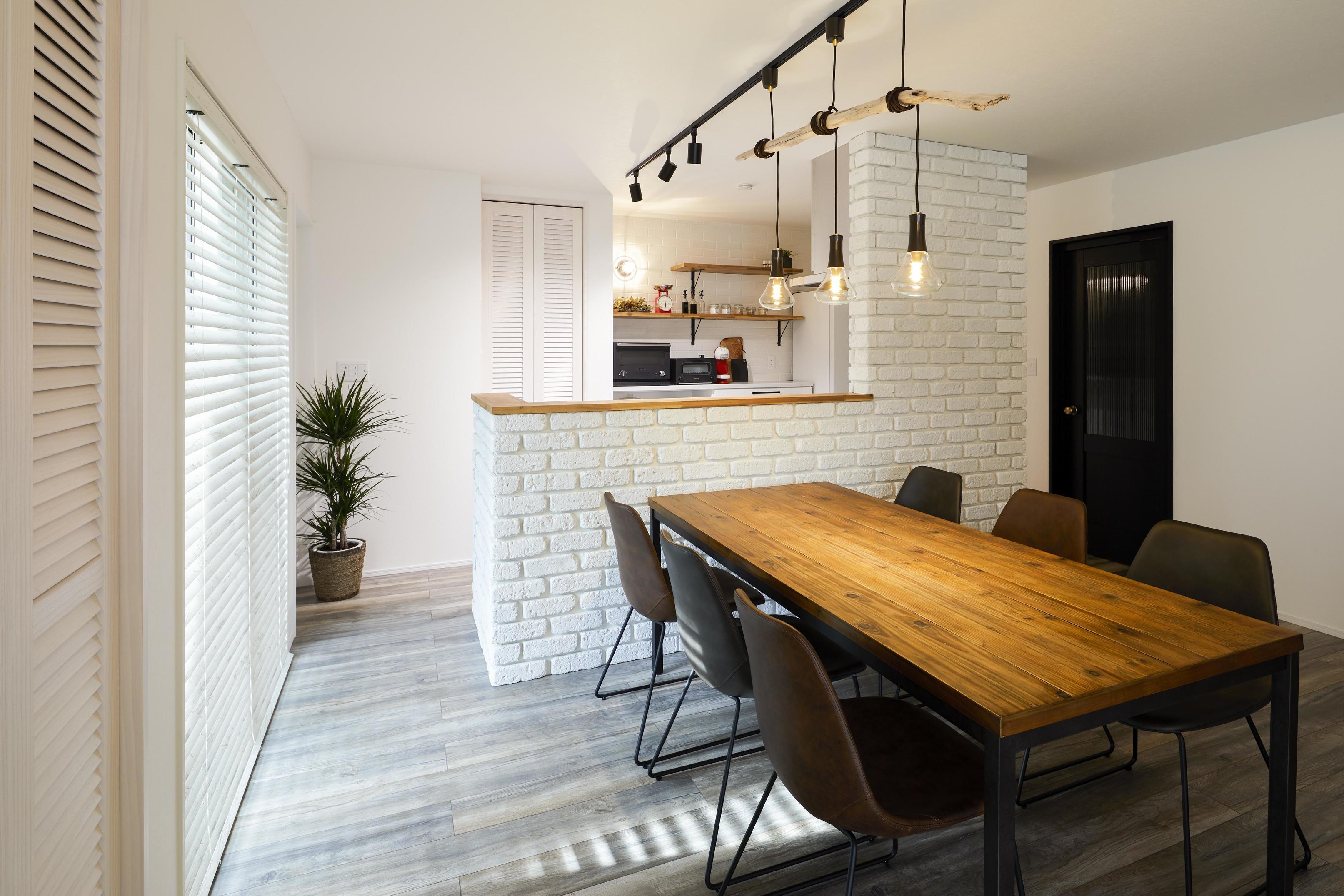 キッチンの腰壁にはブリックタイルを採用