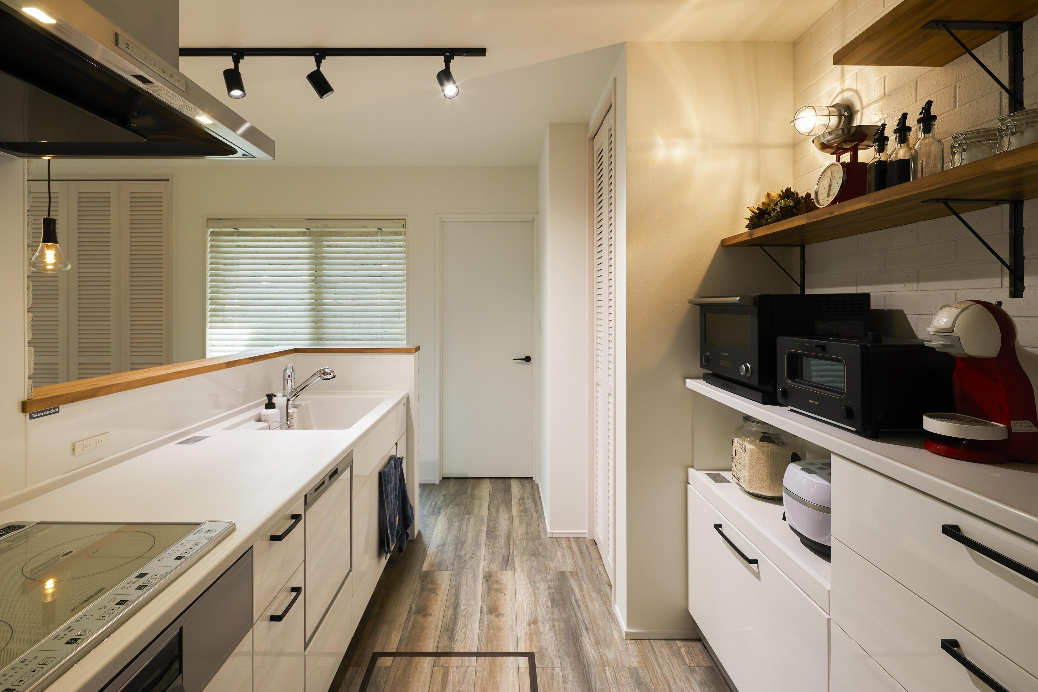 キッチンの背面収納には陶器質のタイルを使用
