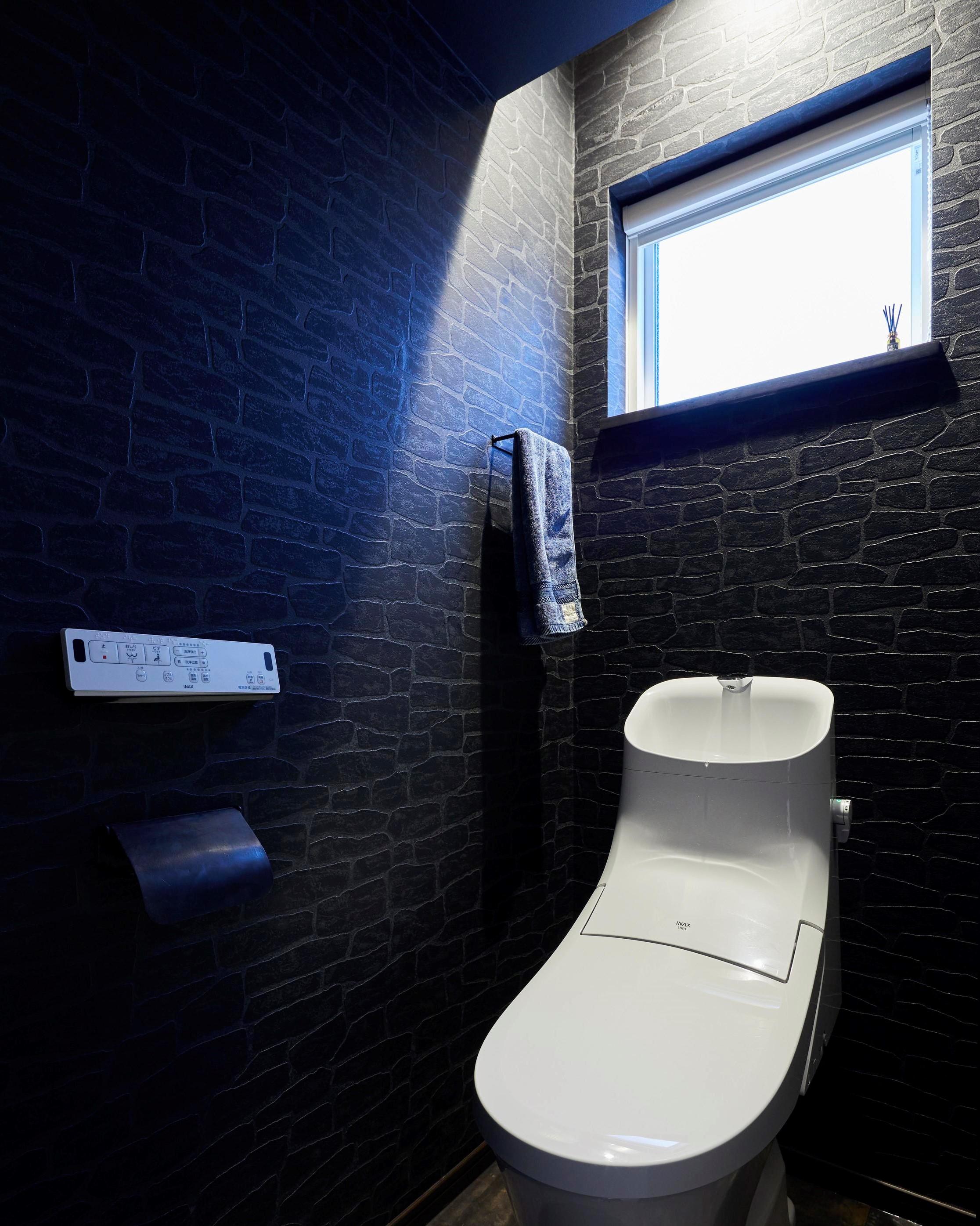 ブラックを基調とした間接照明がかっこいいトイレ