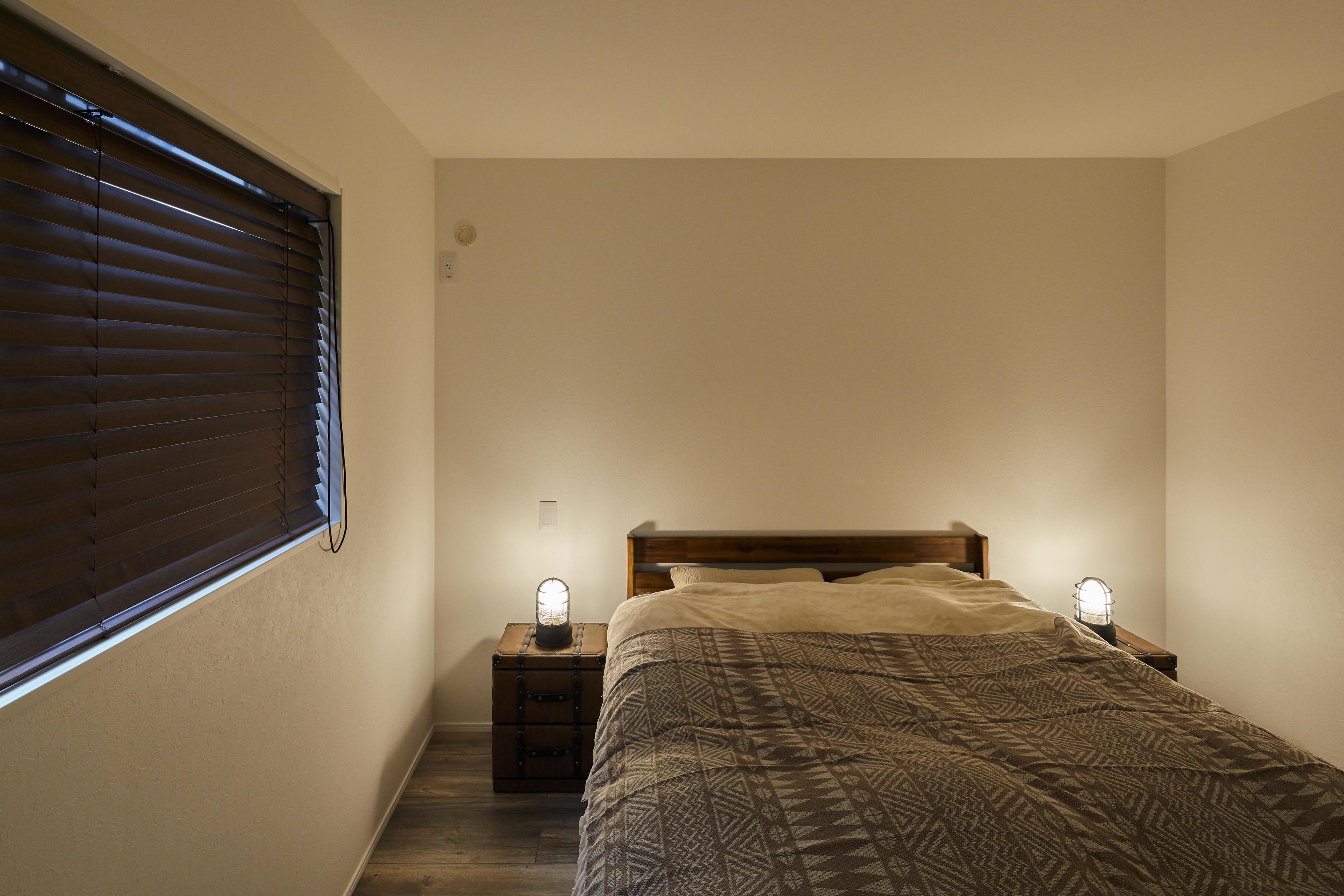 落ち着いた照明計画の主寝室