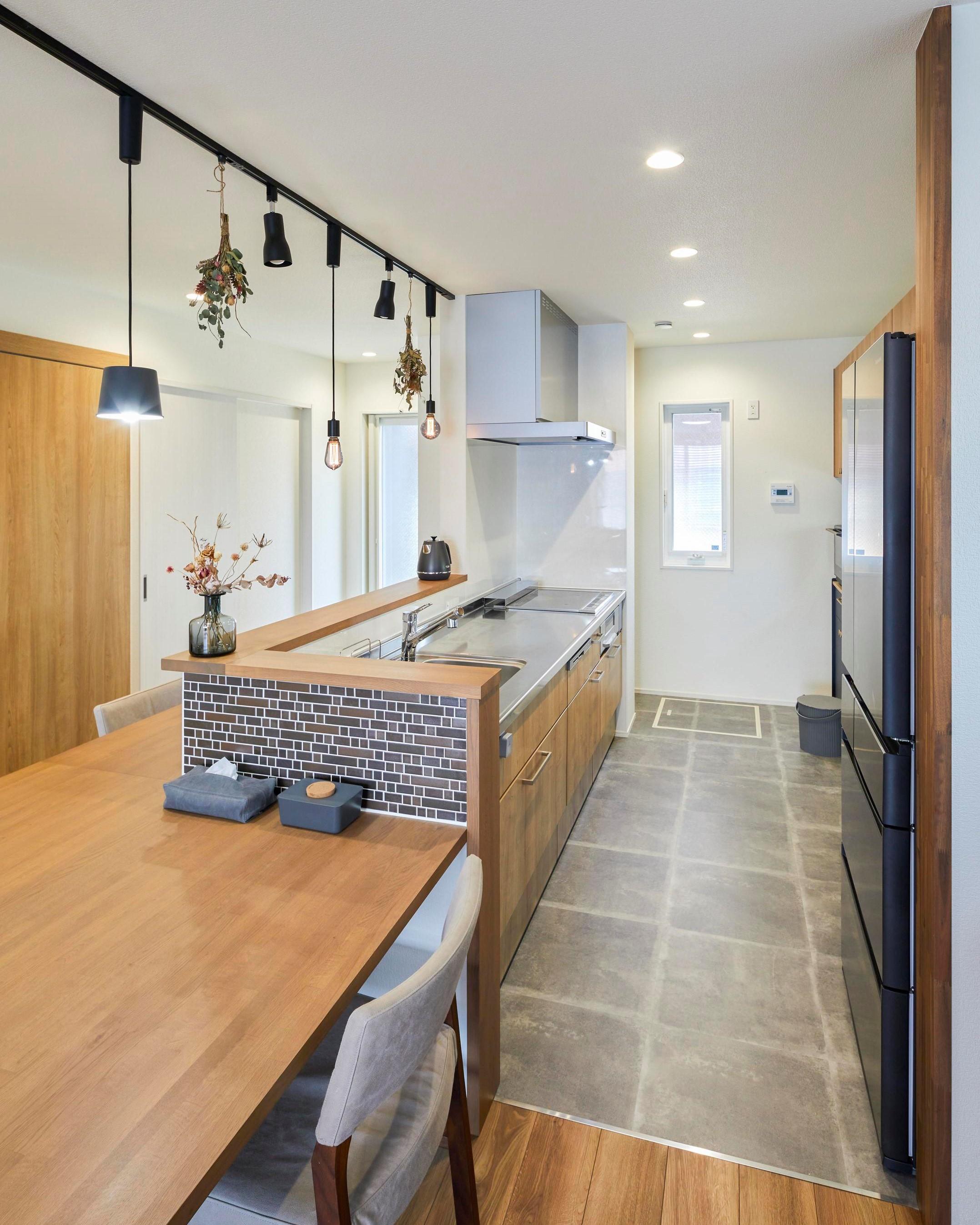 キッチンスペースの床はコンクリート調の床材を採用
