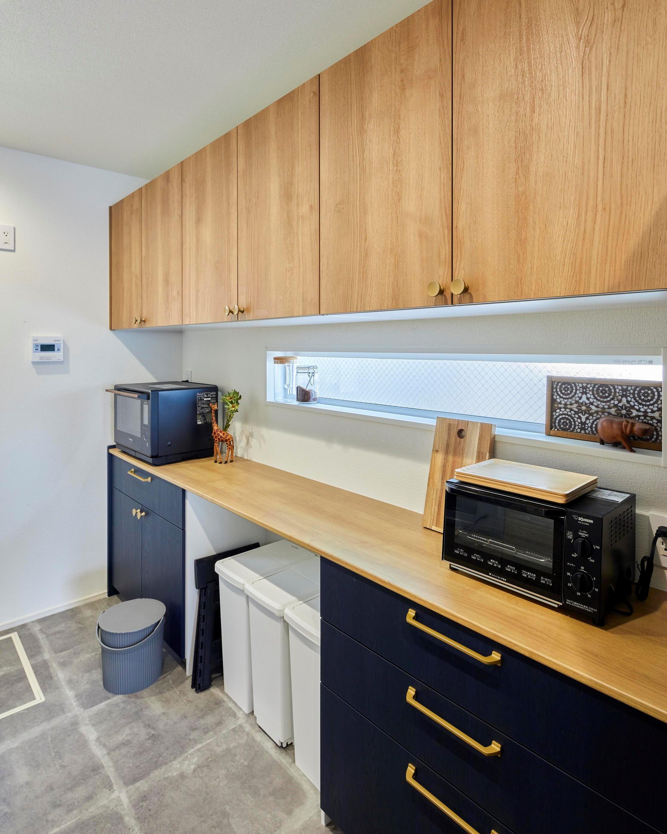 アイランドキッチンの背面には大容量の収納を確保し、大家族でもスッキリ収納できている