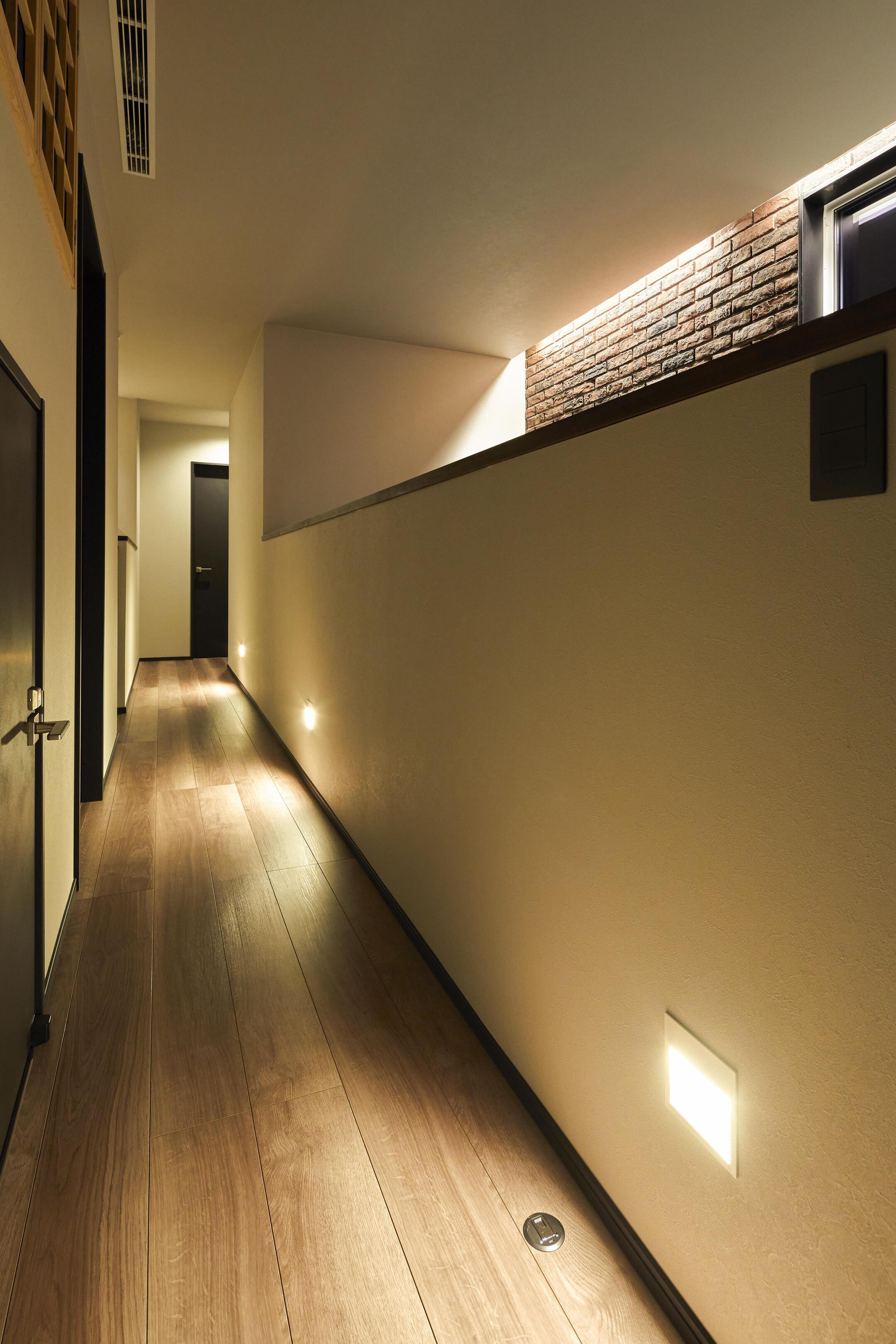 余計な光を吹抜けに届かせないために、足元部分に廊下照明を配置