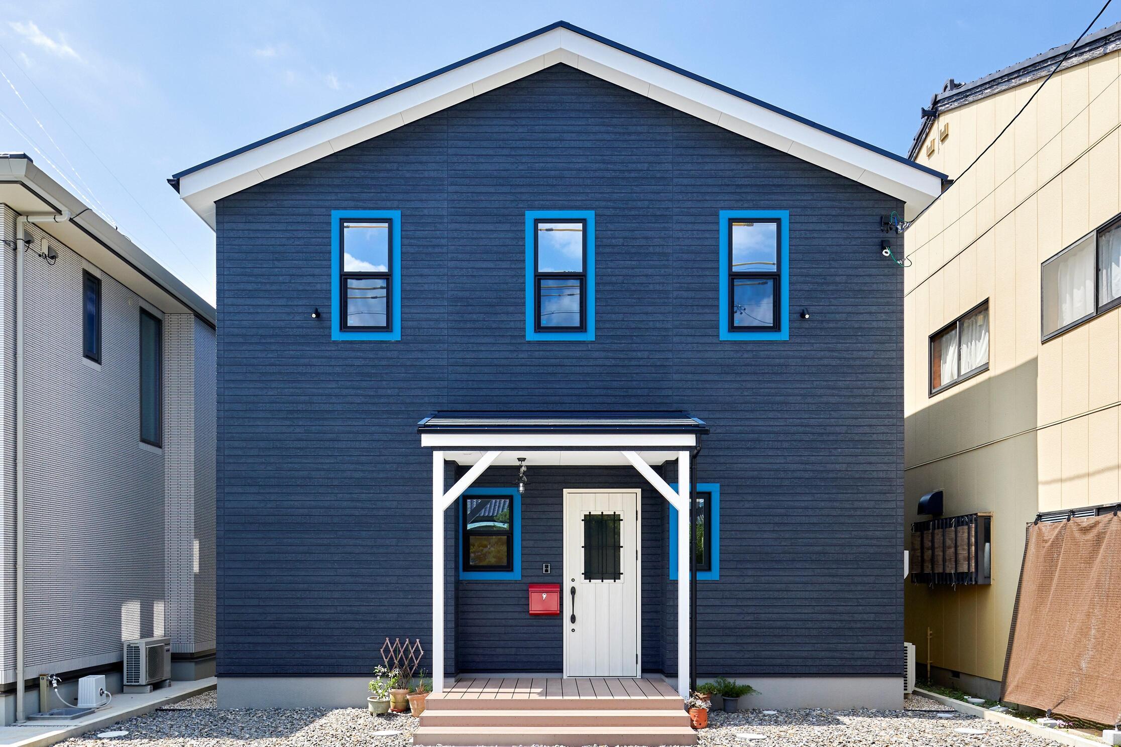 サーフテイストな外観により、西海岸の雰囲気を感じさせるアメリカンヴィンテージハウス