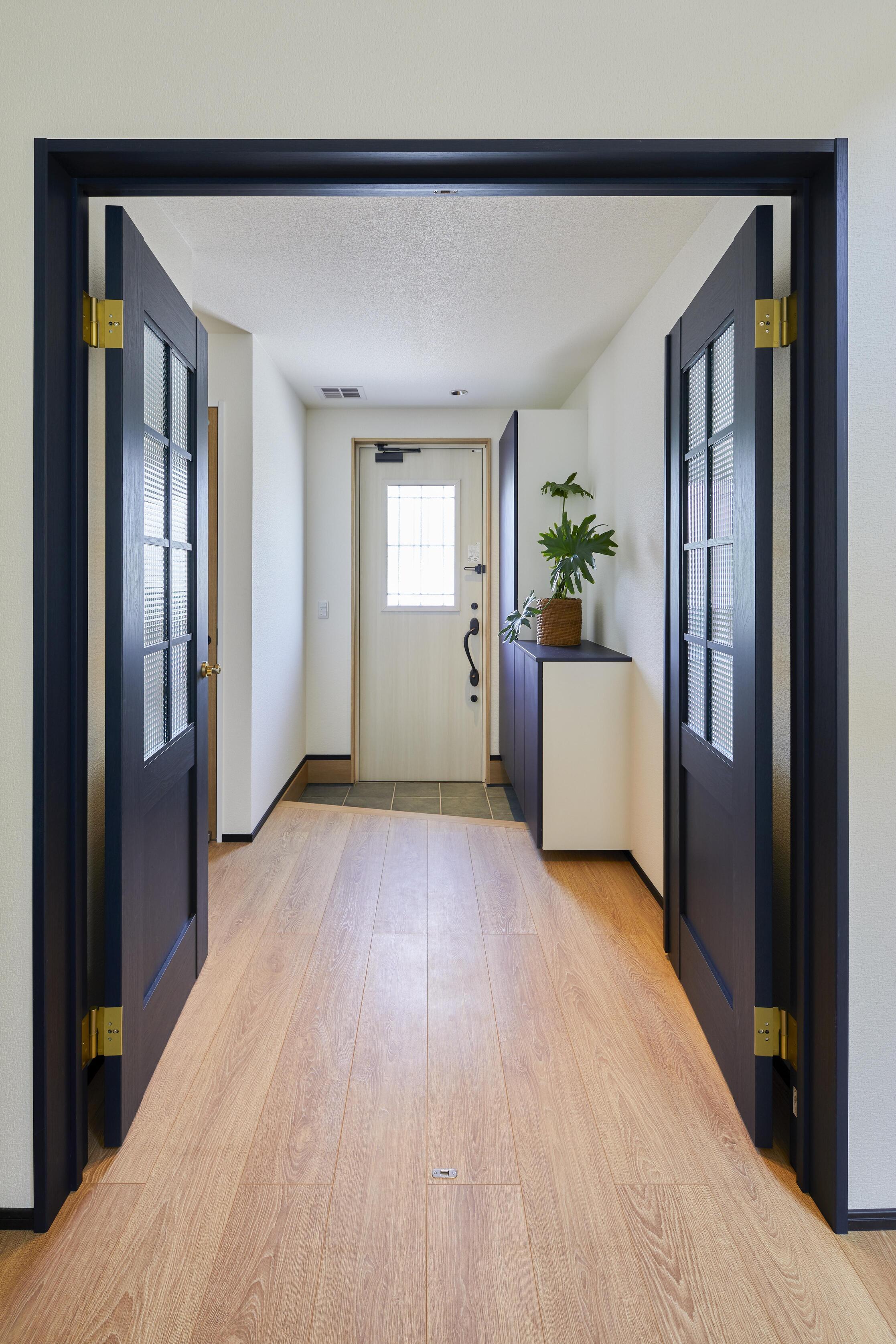 玄関からLDKに続く両開きの親子ドア。オシャレなだけでなく、大きな荷物を運ぶ時にもスムーズ