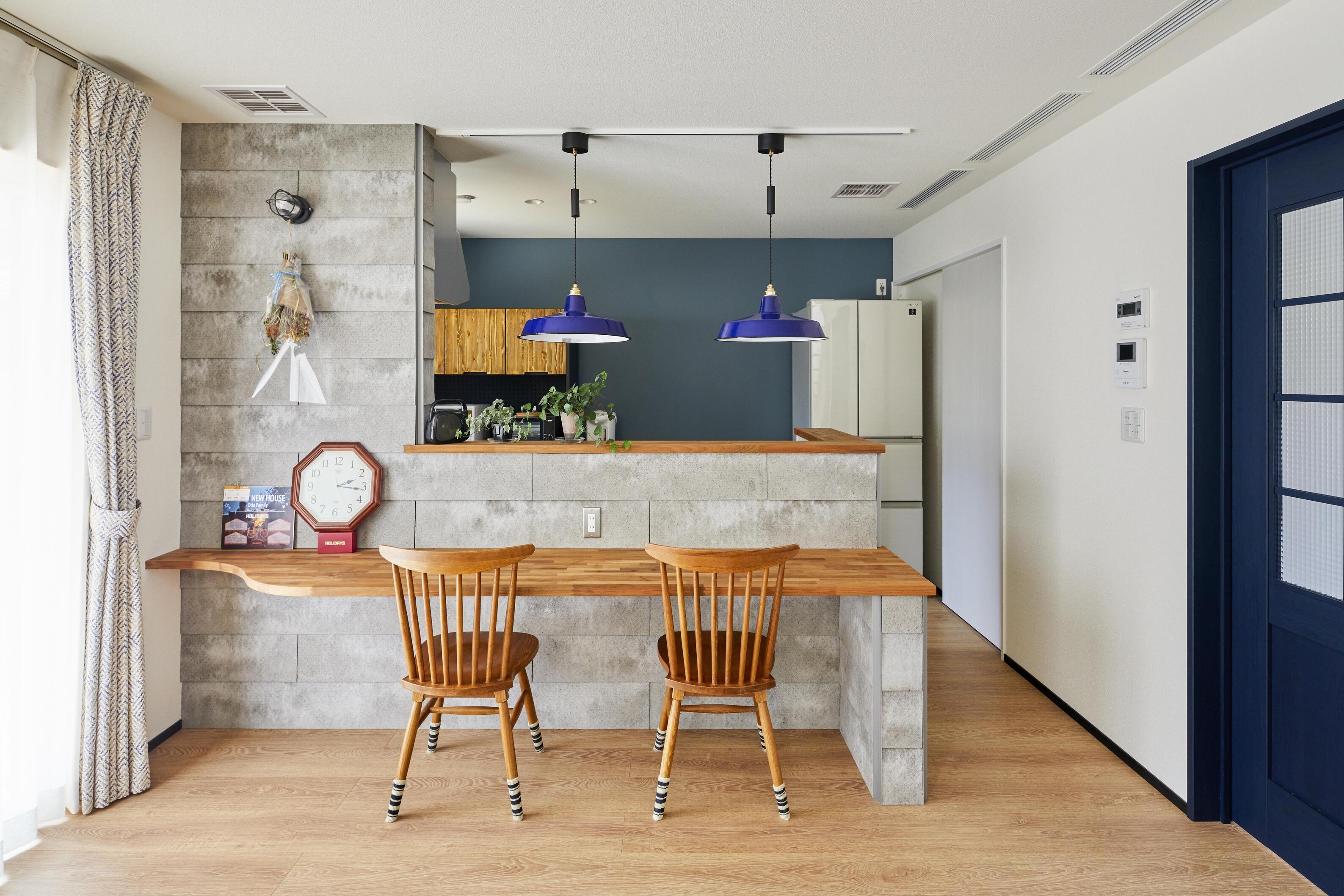 キッチンにはカウンターを造作。SOLIDというセメント系壁材をキッチンの腰壁に設えた