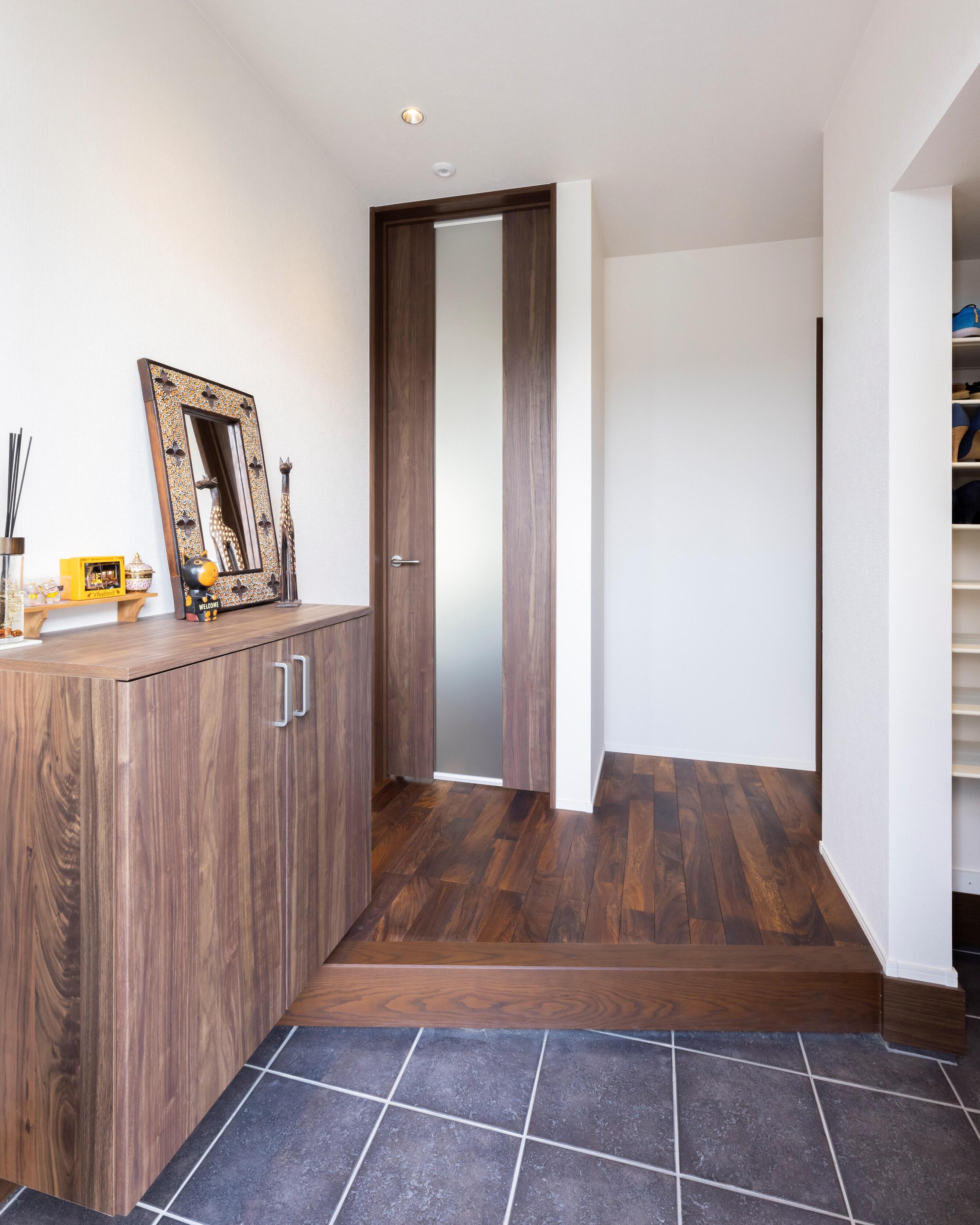 玄関にはシューズクロークだけでなく、シューズボックスも設置。よく使うシューズと使い分けて収納できる