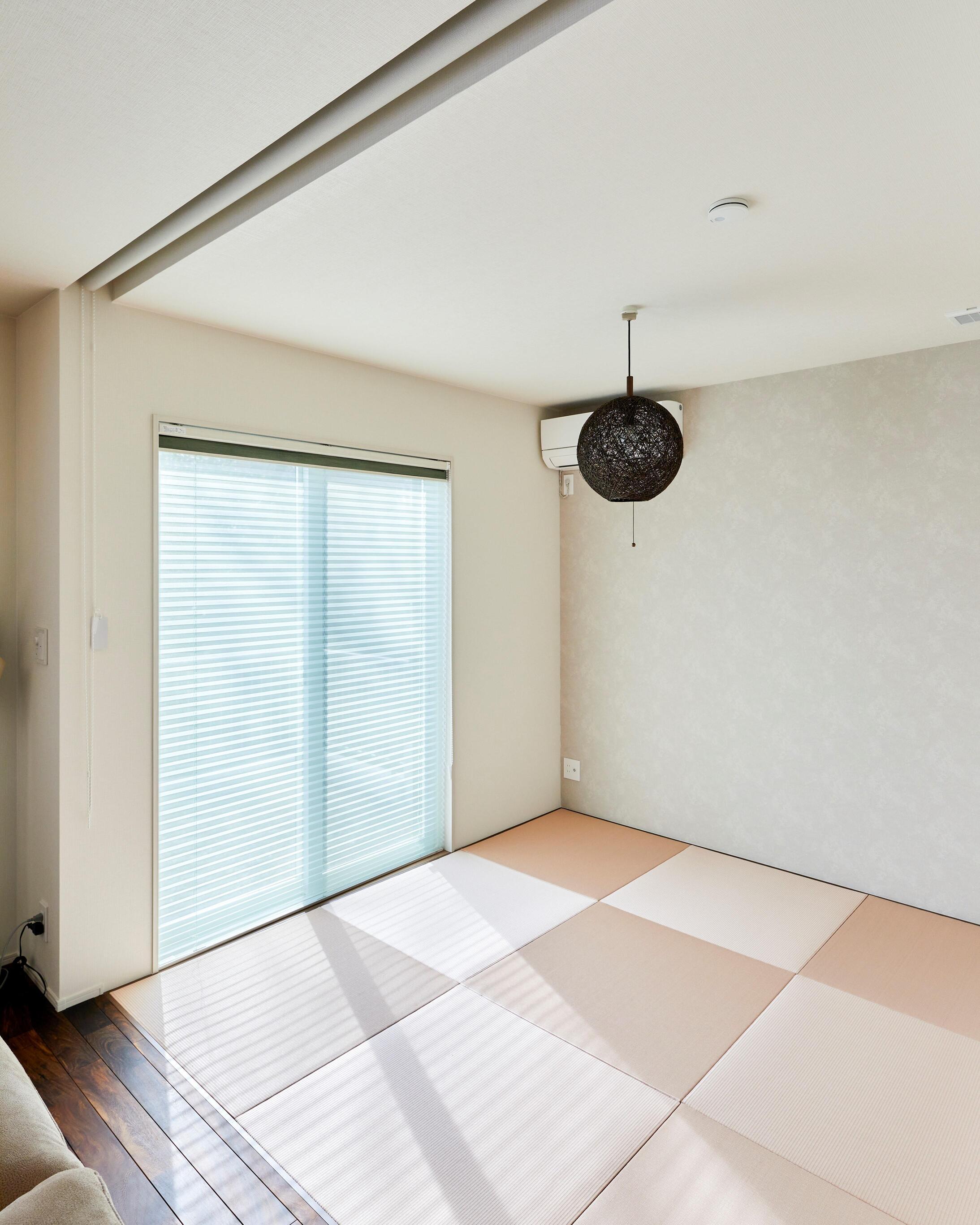 半畳タタミを採用した和室スペース。普段は家事スペース、来客時には客間と何かと便利に使える