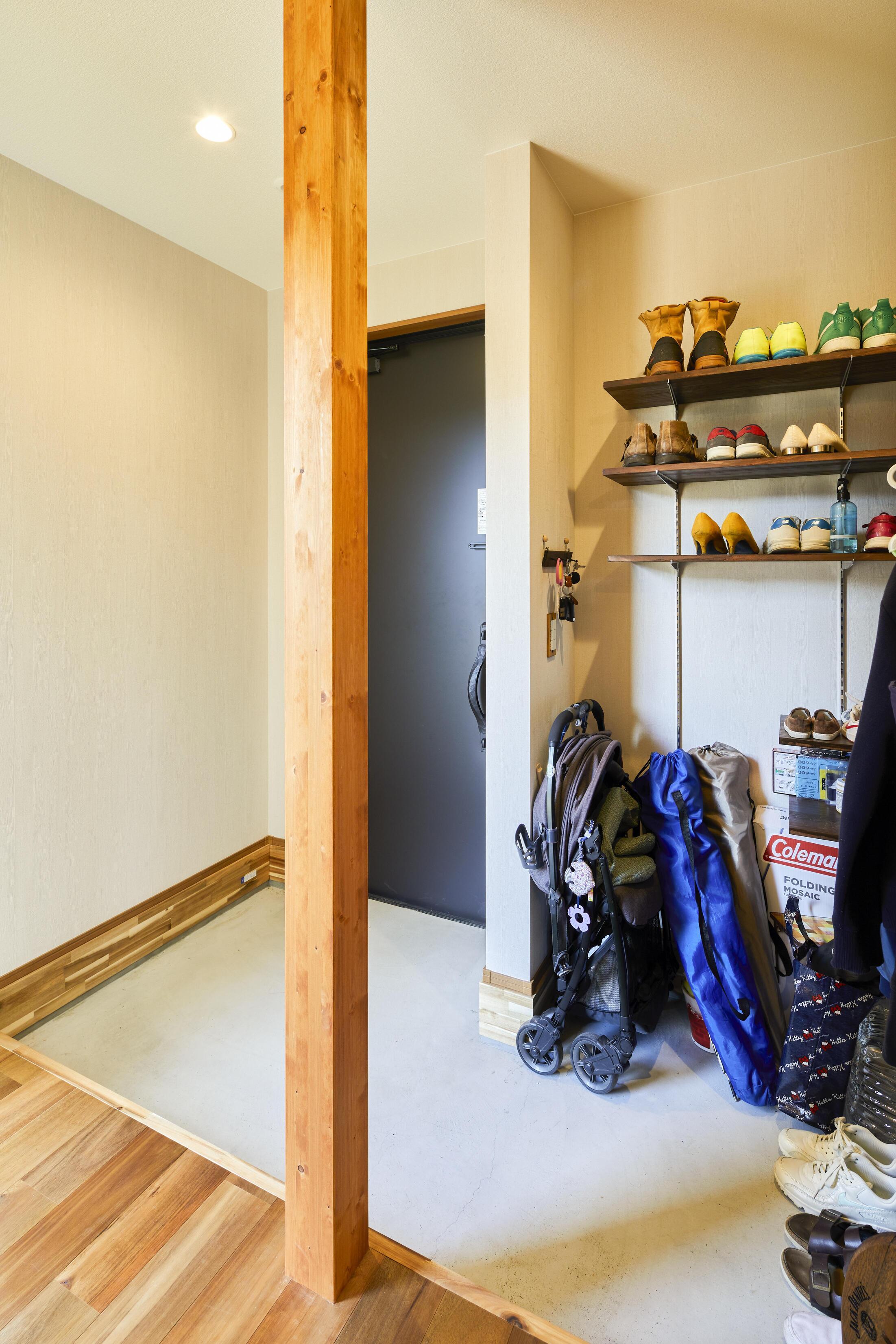 玄関には3帖分の収納スペースを用意。アウトドア好きな施主様のグッズもまとめて置いておける