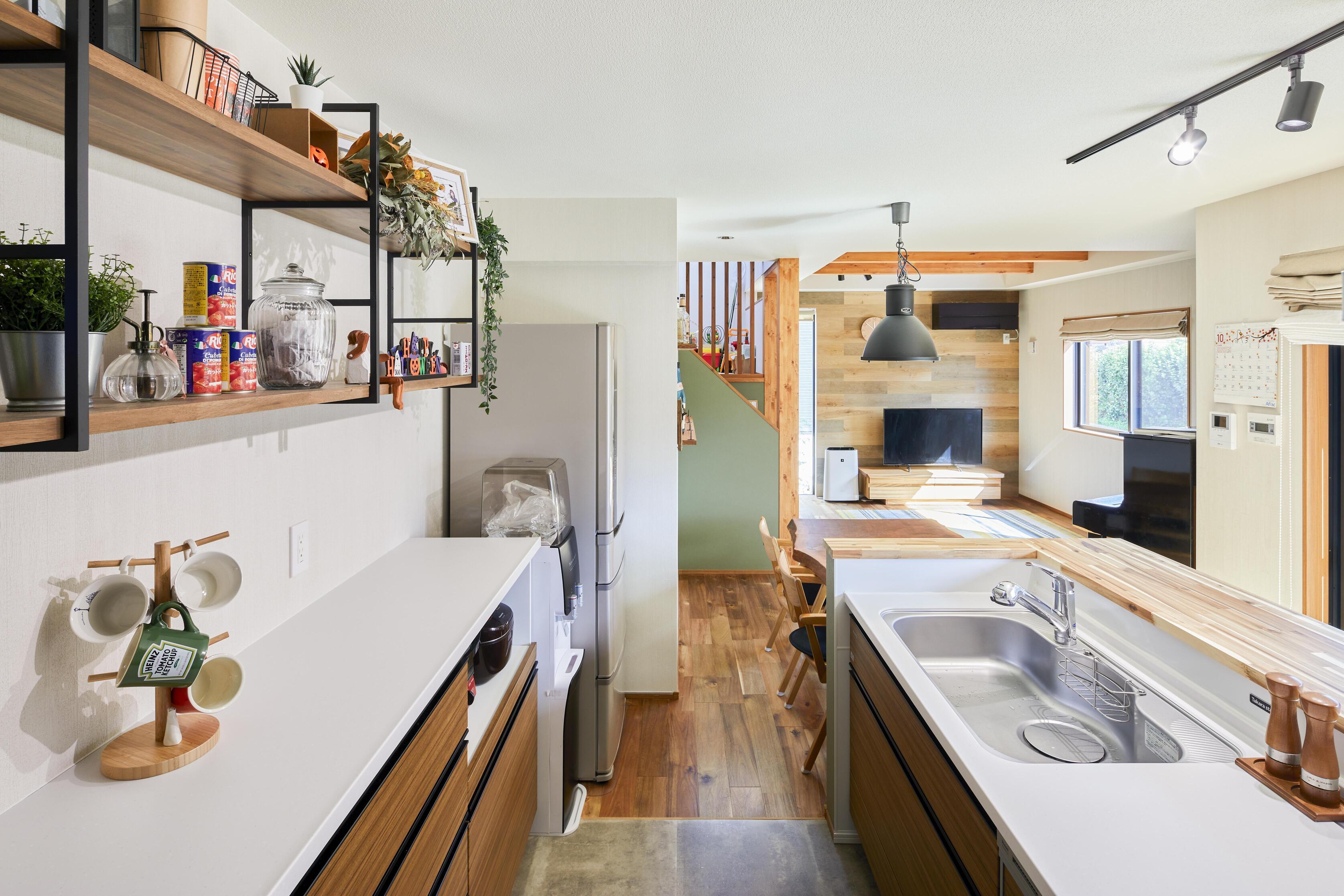 キッチンの背面には造作棚。可愛い小物を並べられ、日常を愉しいものに