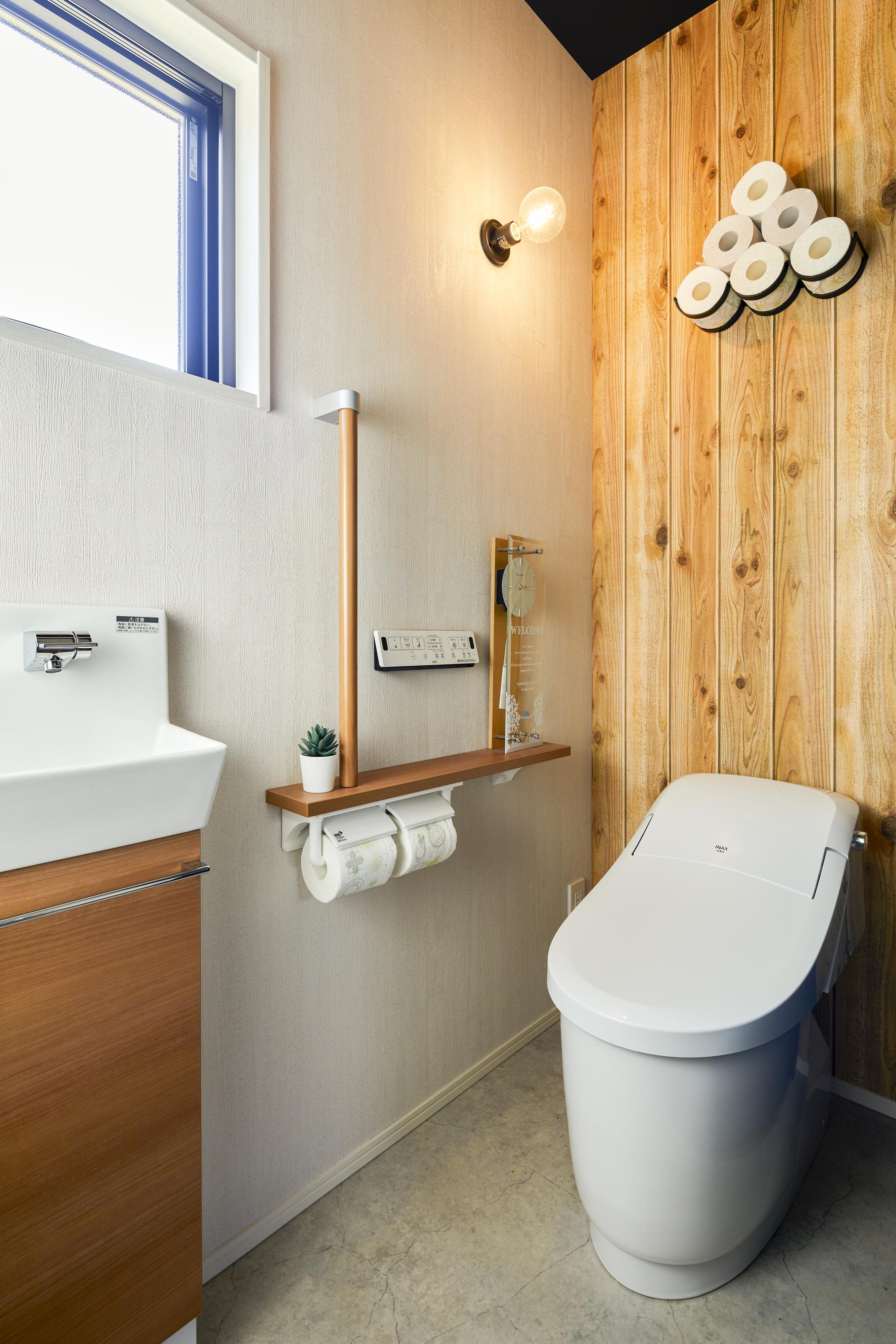 トイレの壁にも木材を使用し、温もりを感じられるスペースに
