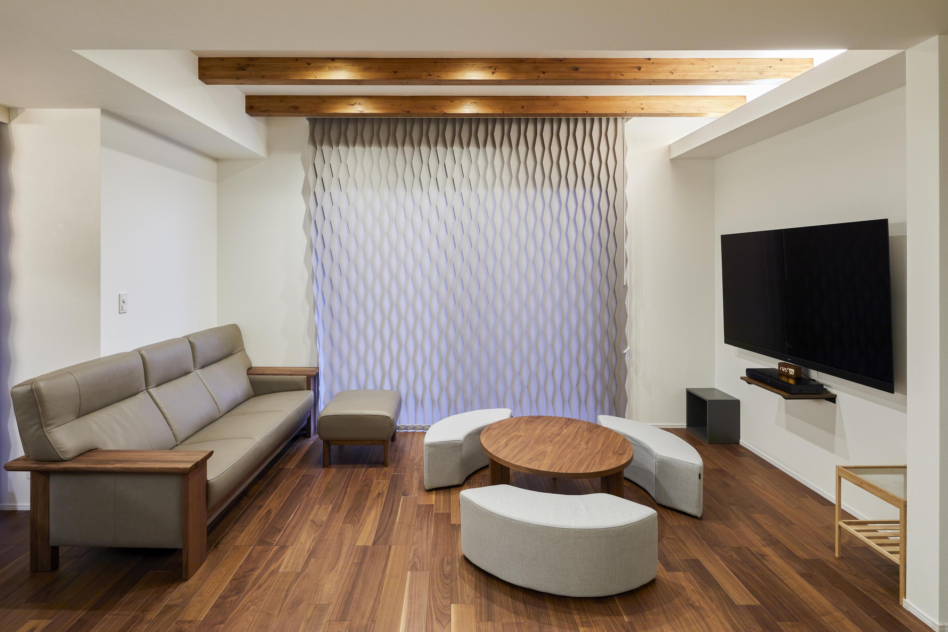 折り上げ天井×見せ梁×間接照明の上品なリビング。床材には抗菌・消臭機能の付いた高性能フローリングを採用