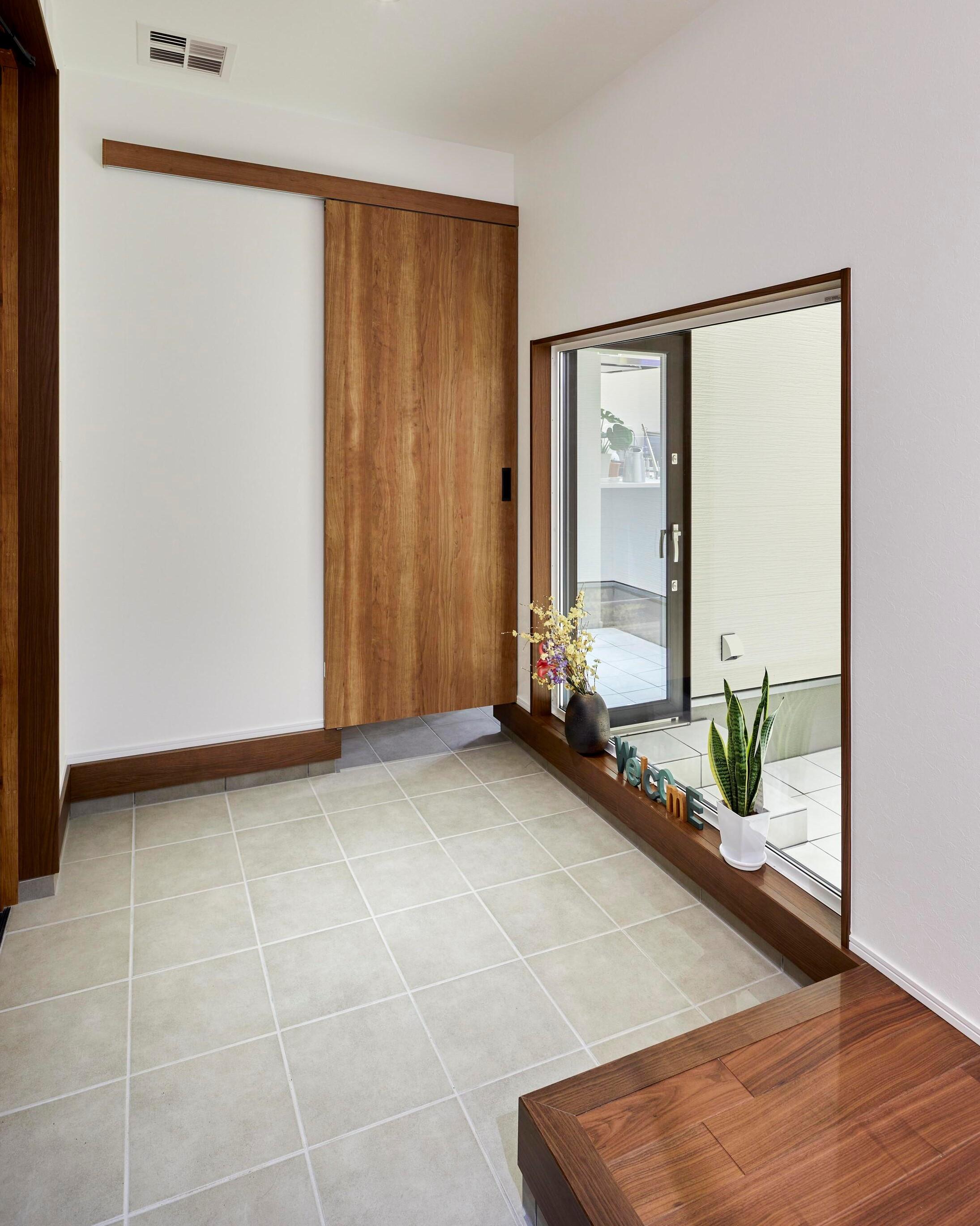 土間は広めに設計し、開放的な玄関に。玄関に入ったところから高級感を感じられる