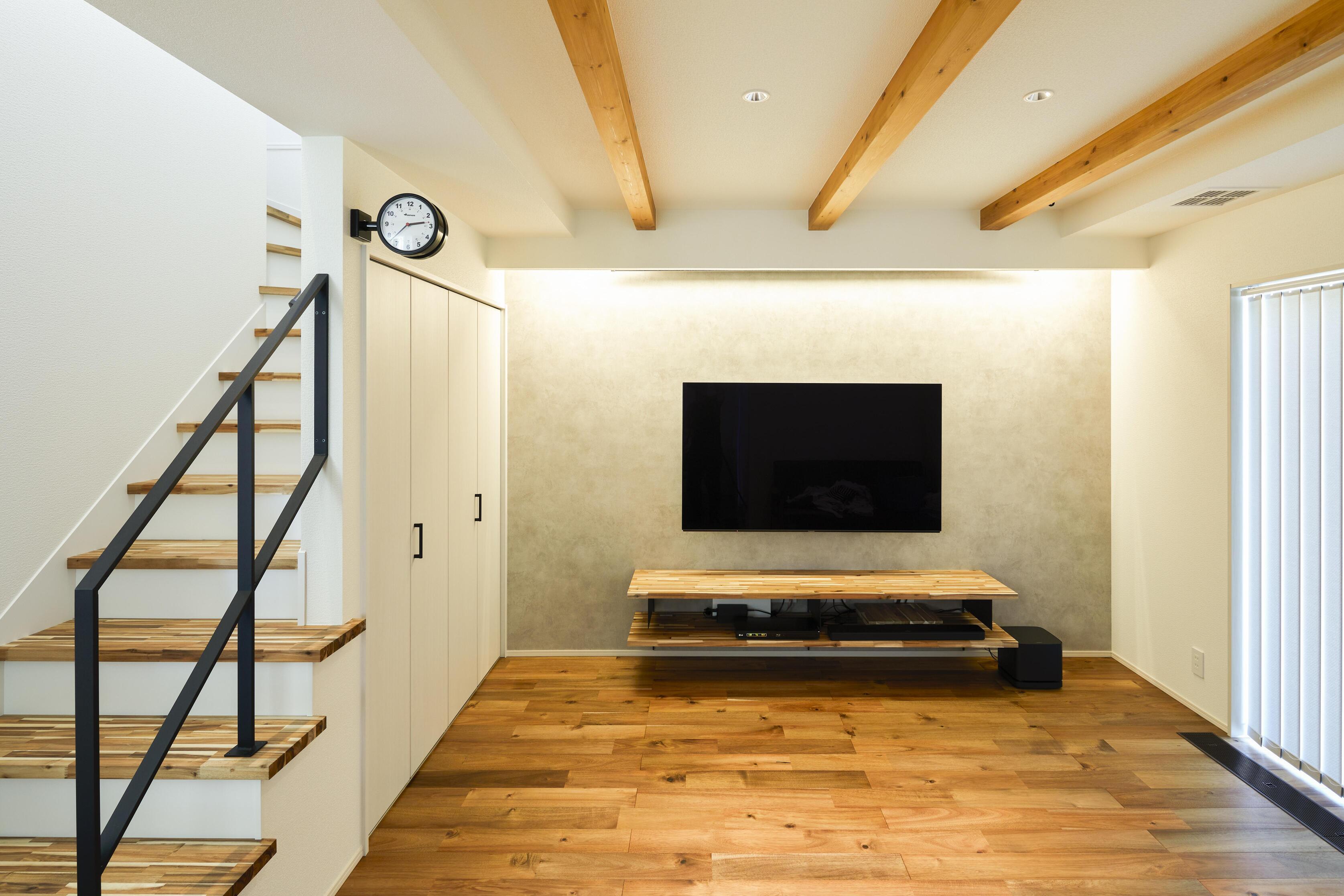 間接照明とアカシアの無垢床が暖かく優しい印象を与えてくれる